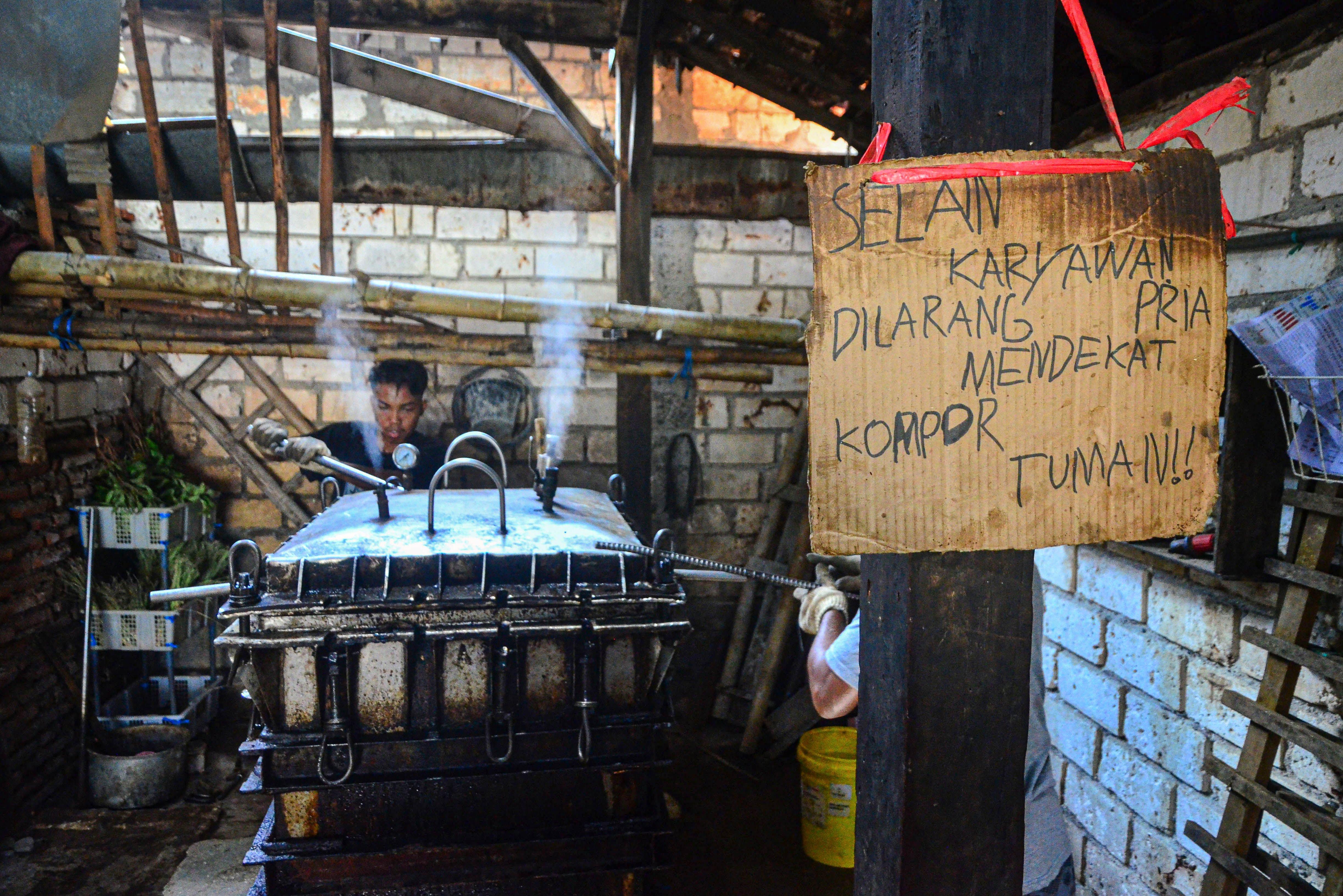 Pekerja membuka kunci pada tutup panci presto di Desa Dukutalit, Juwana, Pati, Jawa Tengah.