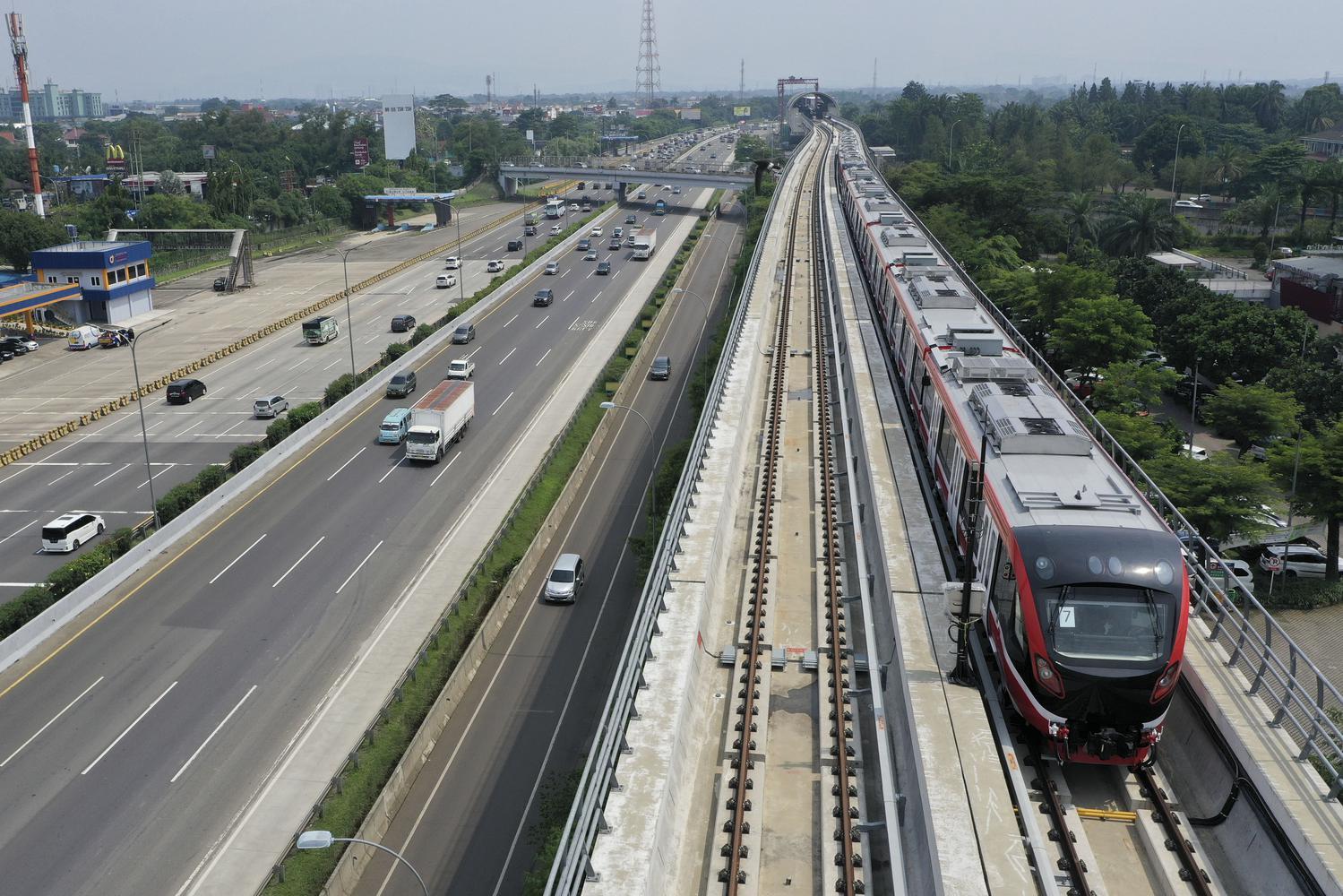 Kereta api ringan (LRT) berada di lintasan LRT Jabodebek Cawang-Cibubur di Cibubur, Jakarta, Kamis (29/10/2020). Pihak operator konstruksi LRT Jabodebek Cawang-Cibubur telah memulai tahapan uji coba