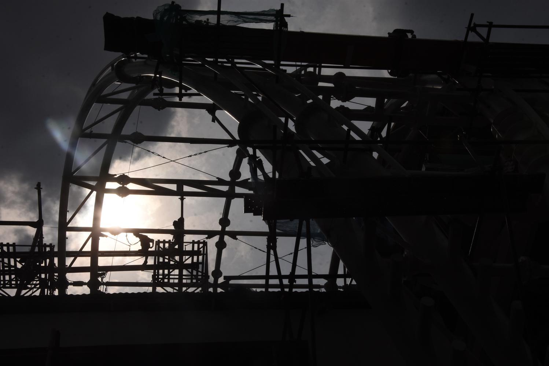 Pekerja menyelesaikan pembangunan stasiun kereta api ringan atau Light Rail Transit (LRT) Setia Budi di Jakarta, Kamis (29/10/2020).