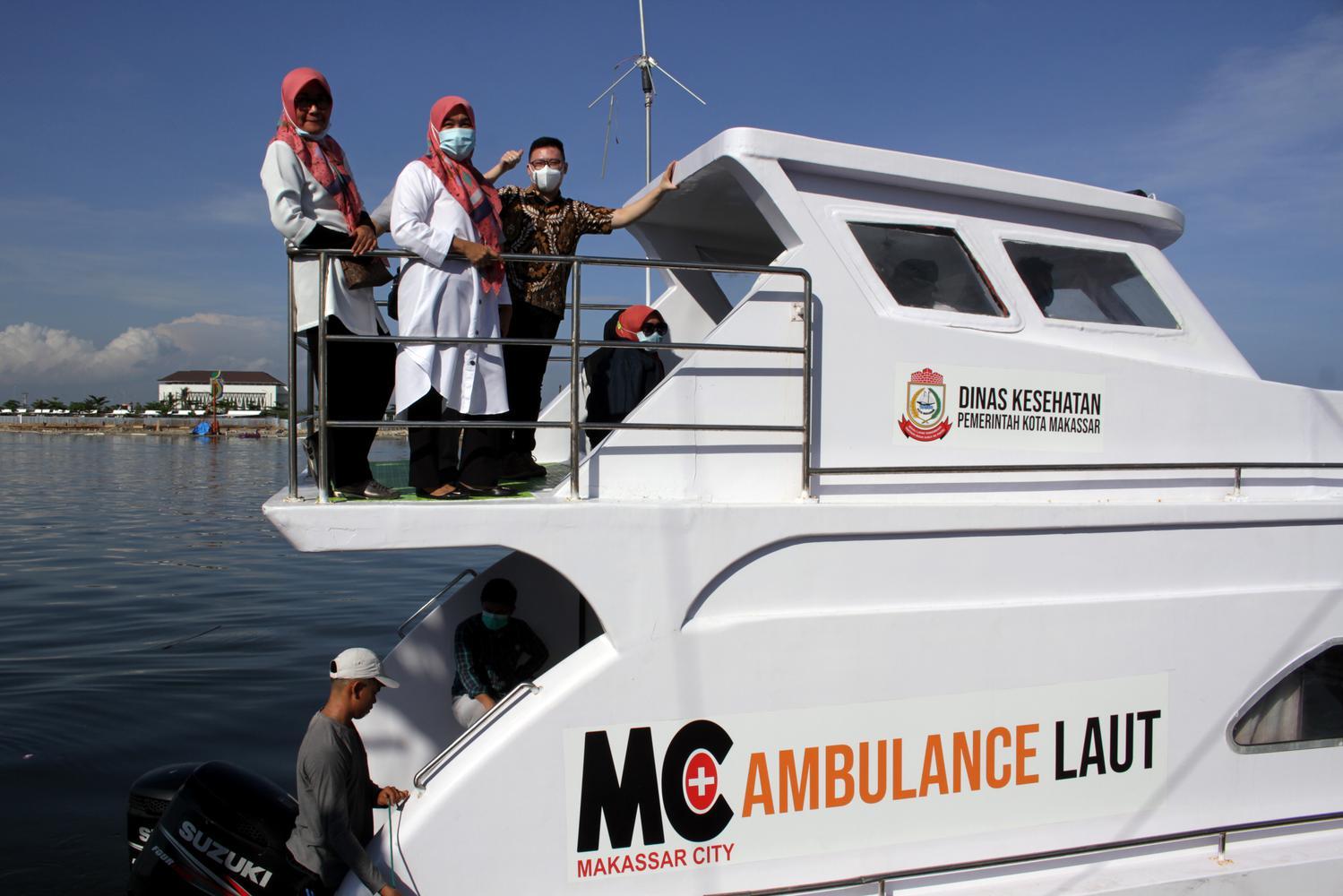 Sejumlah tenaga medis berada di atas ambulans laut saat pemberangkatan tim medis ke pulau-pulau kecil di perairan Pantai Losari, Makassar, Sulawesi Selatan, Rabu (11/11/2020). Pemberangkatan tim medis ke sejumlah pulau kecil di perairan Makassar tersebut untuk melakukan bakti sosial dalam rangka memperingati Hari Kesehatan Nasional ke-56 dengan tema