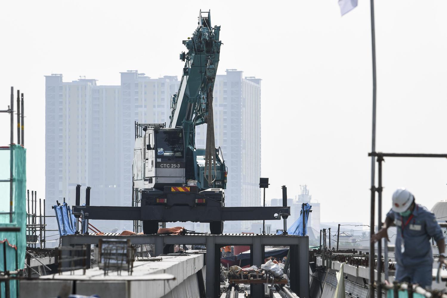 Sebuah alat berat berada di proyek pembangunan 'longspan' atau jembatan bentang panjang lintasan 'Light Rail Transit (LRT)' di kawasan Dukuh Atas, Jakarta, Rabu (11/11/2020). PT Adhi Karya (Persero) Tbk telah menyelesaikan pembangunan longspan terakhir sepanjang 218 meter yang menghubungkan lintasan LRT dari Cawang-Kuningan-Dukuh Atas.
