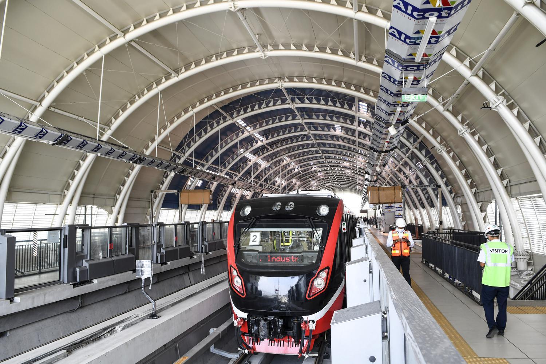 Sebuah rangkaian kereta api ringan atau Light Rail Transit (LRT) saat akan melaksanakan uji coba lintasan LRT Jabodebek TMII-Cibubur di Stasiun LRT TMII, Jakarta, Rabu (11/11/2020). Menurut Direktur Utama PT Adhi Karya (Persero) Tbk Entus Asnawi Mukhson, Moda transportasi massal itu ditargetkan beroperasi penuh sekitar bulan Juni 2022 dikarenakan masih terganjal pada dua titik pembebasan lahan yakni di kawasan Dukuh Atas dan Bekasi yang diperuntukkan sebagai depo.