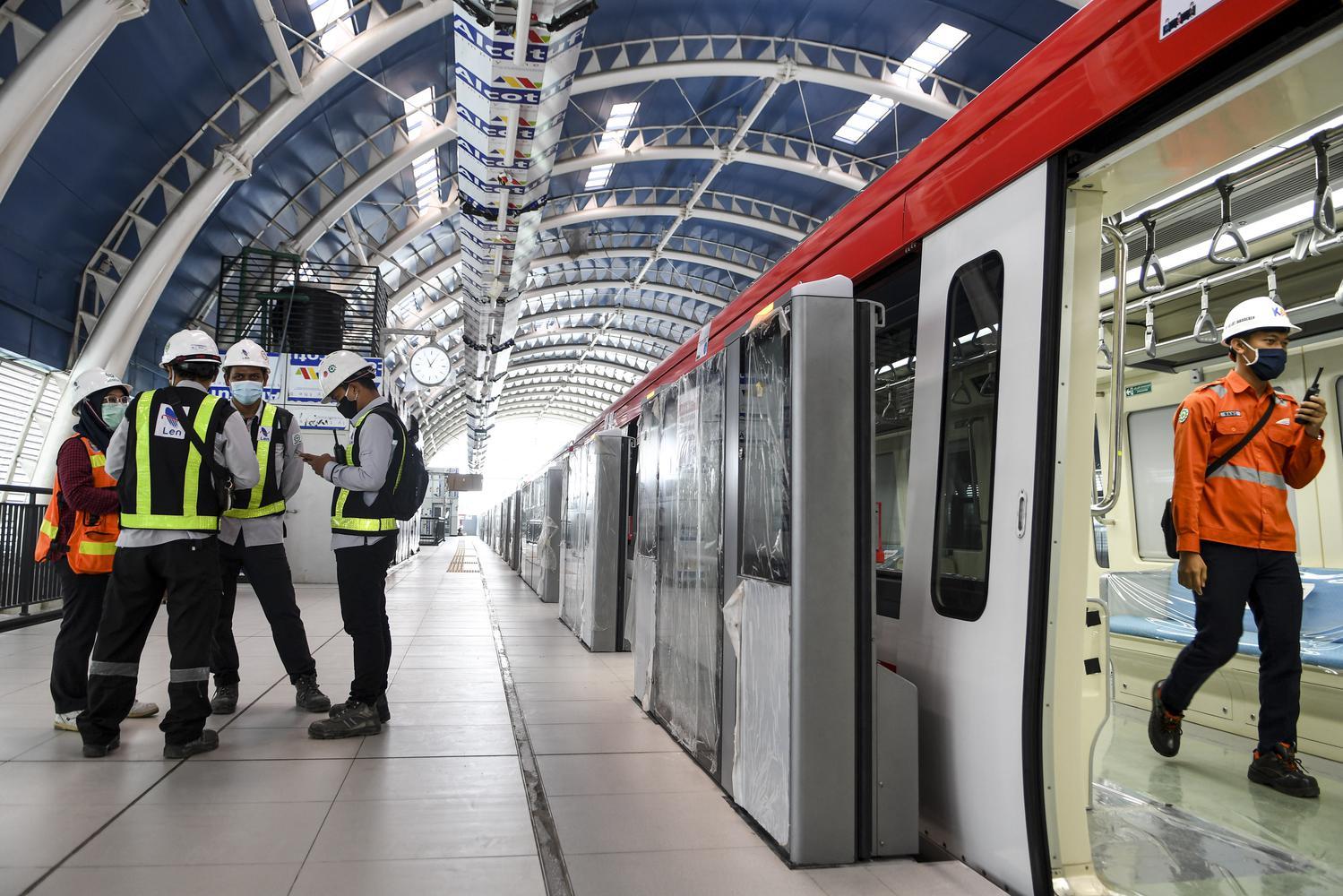 Seorang pekerja melintas di dalam kereta api ringan atau Light Rail Transit (LRT) saat akan melaksanakan uji coba lintasan LRT Jabodebek TMII-Cibubur di Stasiun LRT TMII, Jakarta, Rabu (11/11/2020). Menurut Direktur Utama PT Adhi Karya (Persero) Tbk Entus Asnawi Mukhson, Moda transportasi massal itu ditargetkan beroperasi penuh sekitar bulan Juni 2022 dikarenakan masih terganjal pada dua titik pembebasan lahan yakni di kawasan Dukuh Atas dan Bekasi yang diperuntukkan sebagai depo.