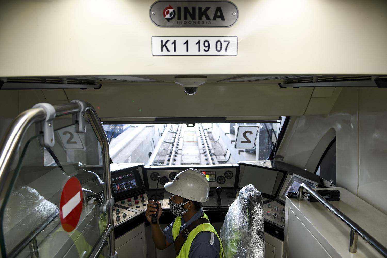 Seorang masinis mengoperasikan kereta api ringan atau Light Rail Transit (LRT) saat pelaksanaan uji coba lintasan LRT Jabodebek TMII-Cibubur di Jakarta, Rabu (11/11/2020). Menurut Direktur Utama PT Adhi Karya (Persero) Tbk Entus Asnawi Mukhson, Moda transportasi massal itu ditargetkan beroperasi penuh sekitar bulan Juni 2022 dikarenakan masih terganjal pada dua titik pembebasan lahan yakni di kawasan Dukuh Atas dan Bekasi yang diperuntukkan sebagai depo.