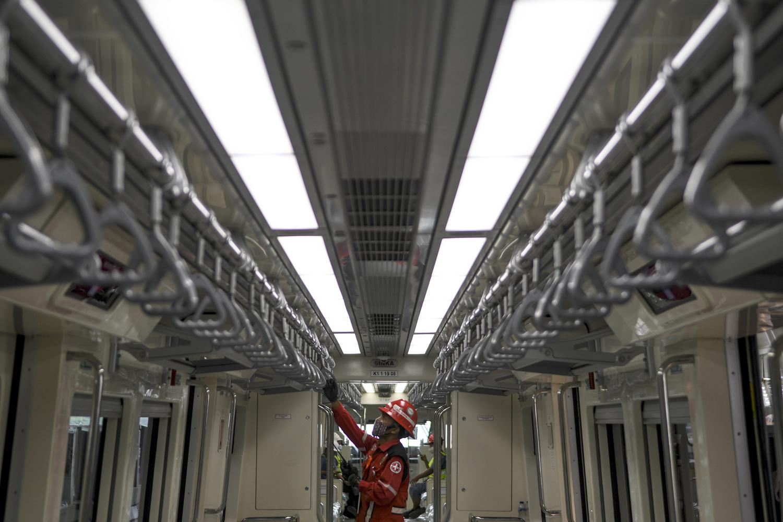 Seorang pekerja mengecek fasilitas kereta api ringan atau Light Rail Transit (LRT) saat akan melaksanakan uji coba lintasan LRT Jabodebek TMII-Cibubur di Jakarta, Rabu (11/11/2020). Menurut Direktur Utama PT Adhi Karya (Persero) Tbk Entus Asnawi Mukhson, Moda transportasi massal itu ditargetkan beroperasi penuh sekitar bulan Juni 2022 dikarenakan masih terganjal pada dua titik pembebasan lahan yakni di kawasan Dukuh Atas dan Bekasi yang diperuntukkan sebagai depo.