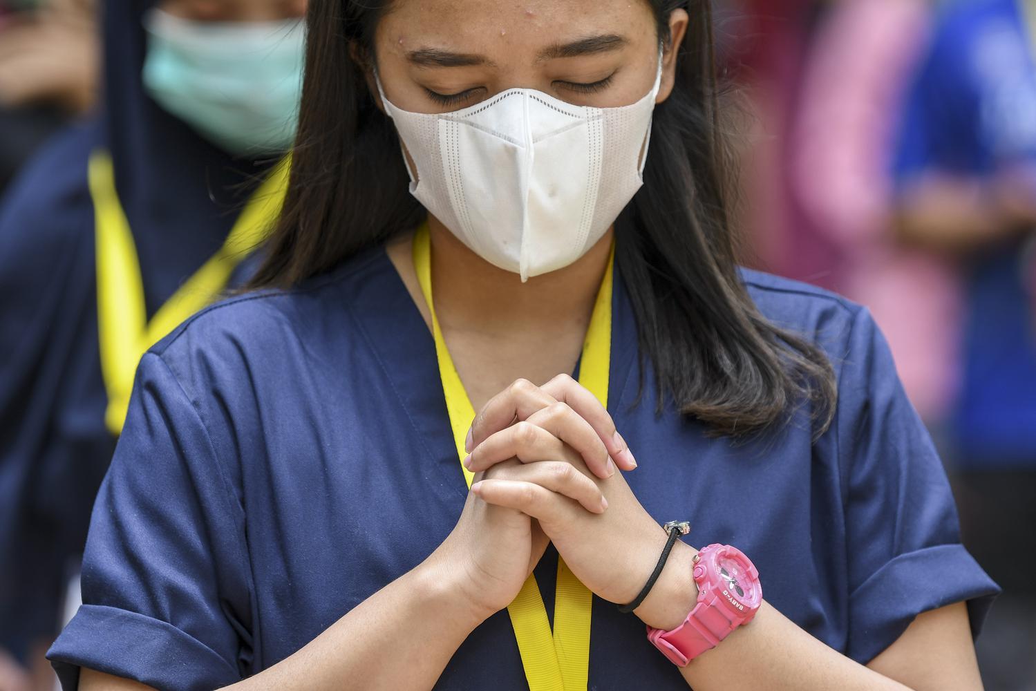 Seorang tenaga kesehatan berdoa saat memperingati Hari Kesehatan Nasional (HKN) ke-56 di Rumah Sakit Darurat COVID-19 Wisma Atlet Kemayoran di Jakarta, Kamis (12/11/2020). Dalam peringatan tersebut Kementerian Kesehatan mengajak masyarakat untuk memperingatinya dengan gerakan tepuk tangan selama 56 detik, sebagai bentuk apresiasi kepada para tenaga kesehatan dan masyarakat yang melaksanakan protokol kesehatan untuk mencegah penularan COVID-19.