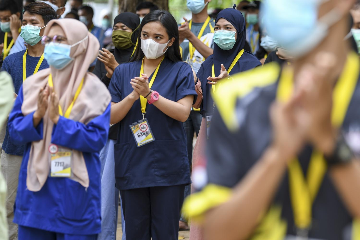 Sejumlah tenaga kesehatan dan non tenaga kesehatan bertepuk tangan saat menghadiri peringatan Hari Kesehatan Nasional (HKN) ke-56 di Rumah Sakit Darurat COVID-19 Wisma Atlet Kemayoran di Jakarta, Kamis (12/11/2020). Dalam peringatan tersebut Kementerian Kesehatan mengajak masyarakat untuk memperingatinya dengan gerakan tepuk tangan selama 56 detik, sebagai bentuk apresiasi kepada para tenaga kesehatan dan masyarakat yang melaksanakan protokol kesehatan untuk mencegah penularan COVID-19.