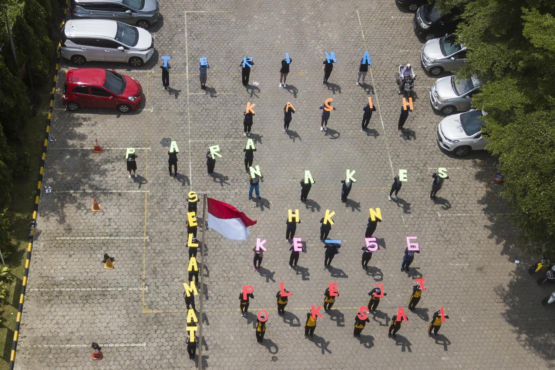 Sejumlah mahasiswa Politeknik Kesehatan Jakarta III memperingati Hari Kesehatan ke-56 dengan memberikan ucapan terima kasih kepada tenaga medis di Jatiwarna, Bekasi, Jawa Barat, Kamis (12/11/2020). Kegiatan tersebut merupakan bentuk apresiasi terhadap tenaga medis yang berjuang selama pandemi COVID-19.