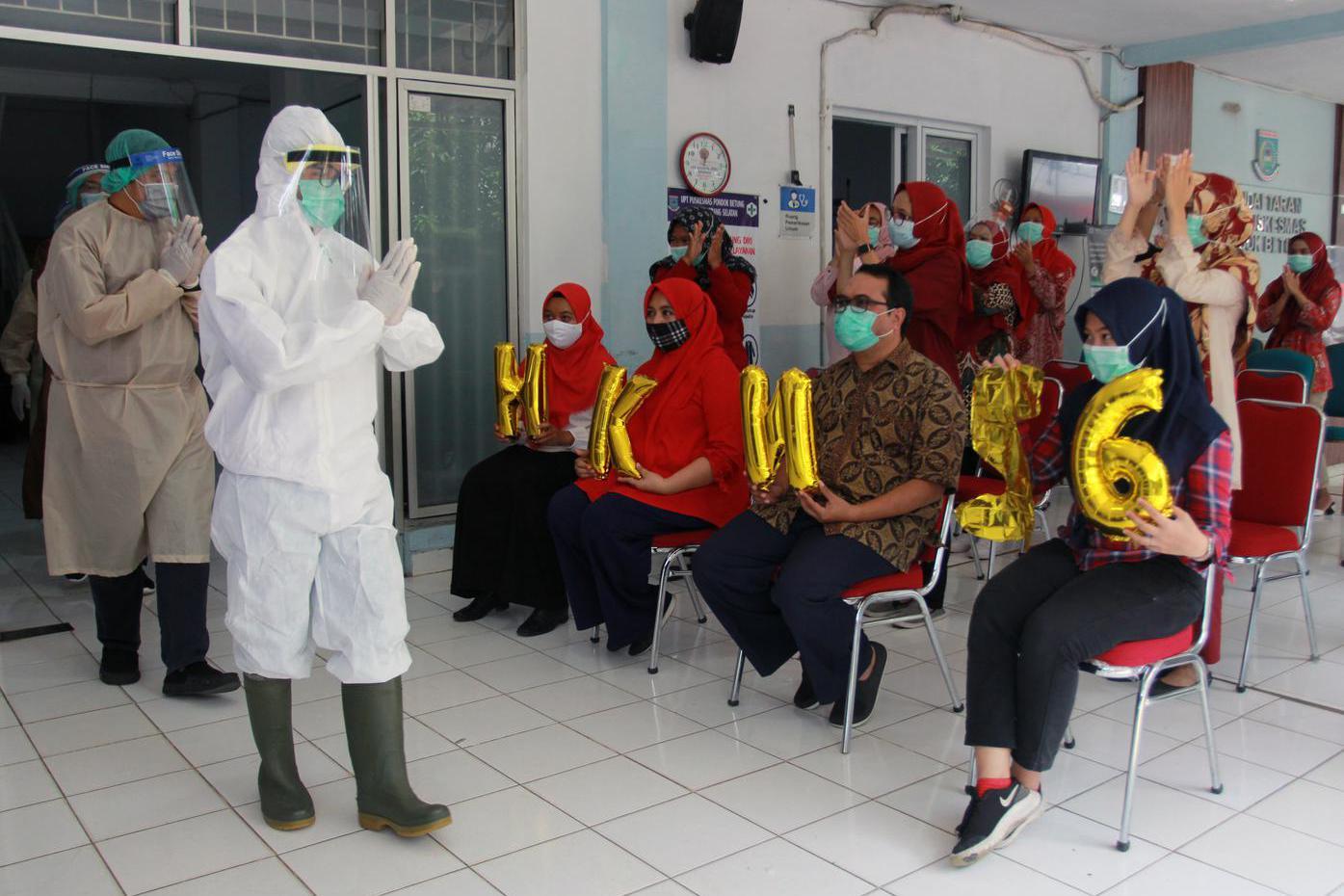 Kader kesehatan dan juga masyarakat umum memberikan tepuk tangan selama 56 detik untuk para tenaga kesehatan secara virtual di Puskesmas Pondok Betung, Tangerang Selatan, Banten, Kamis (12/11/2020). Pemberian tepuk tangan dilaksanakan dalam rangka memperingati Hari Kesehatan Nasional Ke- 56, sebagai bentuk apresiasi kepada para pejuang pencegahan penularan COVID-19.
