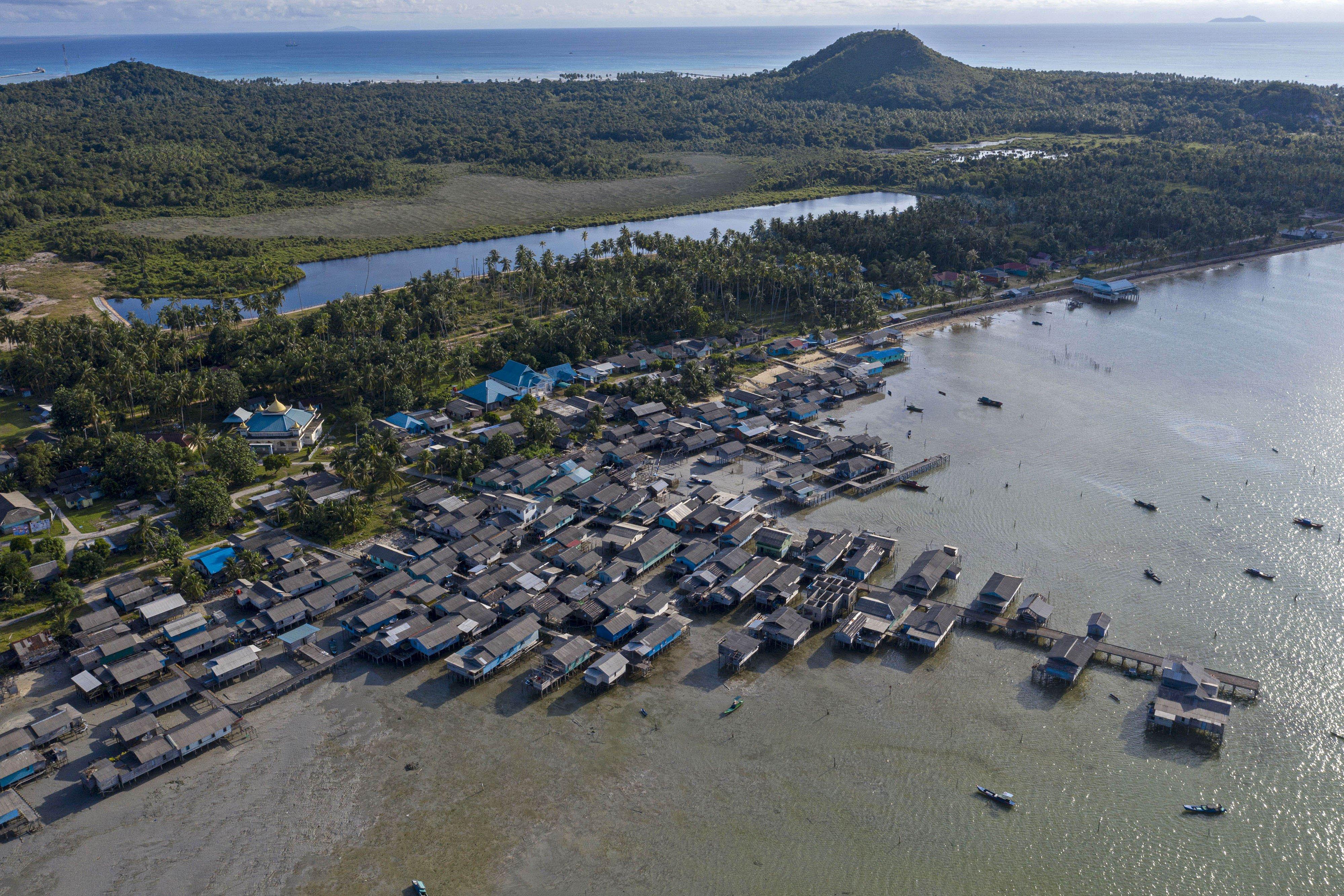 Foto udara permukiman warga dan embung air tawar di Desa Air Payang, Pulau Laut, Kabupaten Natuna, Kepulauan Riau.