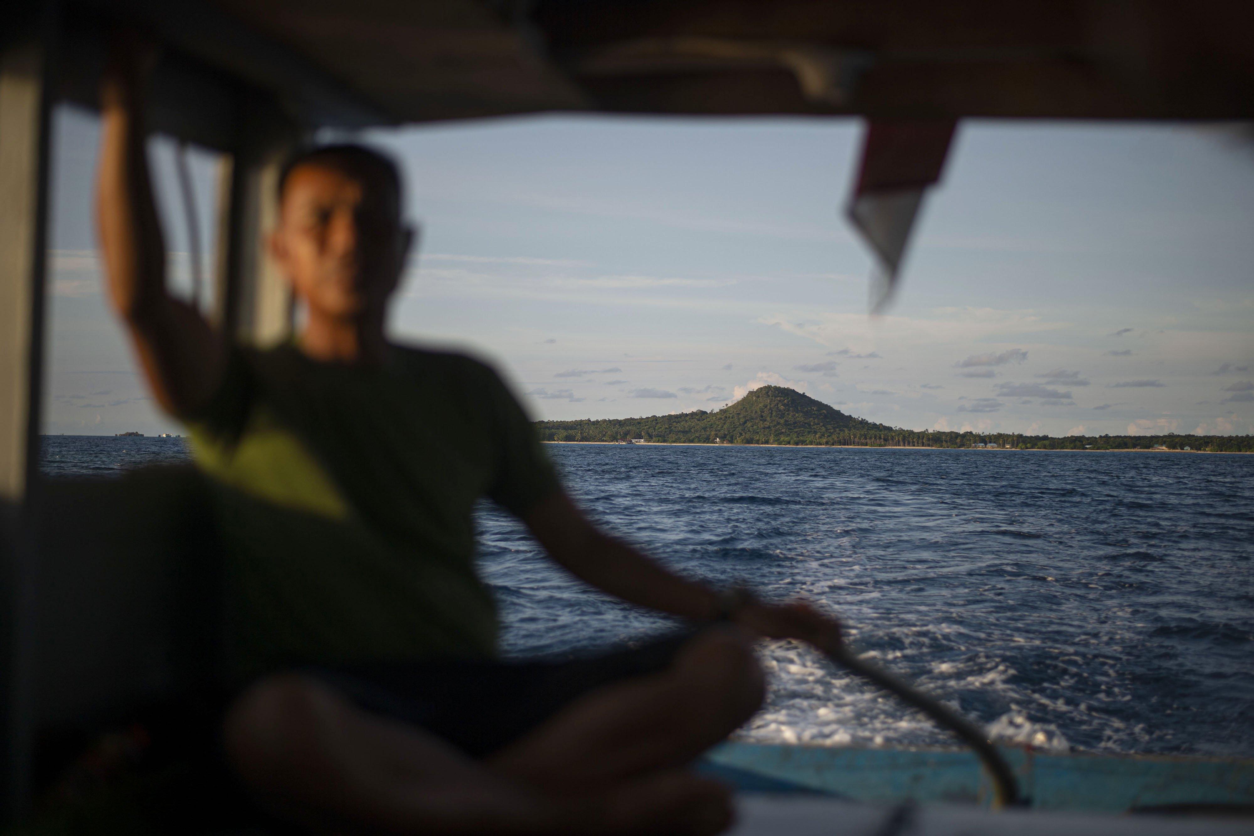 Pulau Laut tampak dari kapal salah satu nelayan di Kabupaten Natuna, Kepulauan Riau.