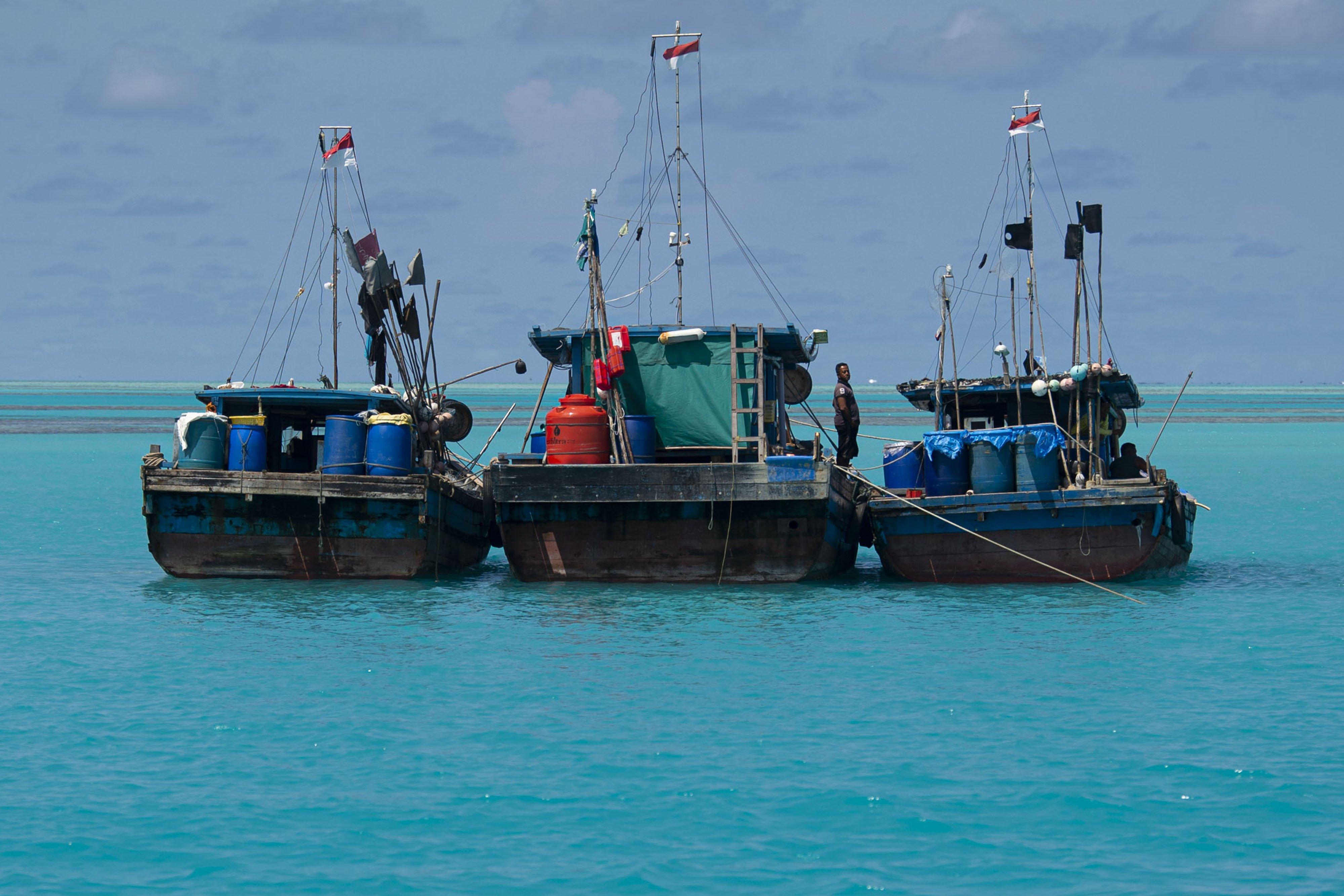 Nelayan bersiap bomngkar muatan di kapalnya di perairan Pulau Laut, Kabupaten Natuna, Kepulauan Riau.