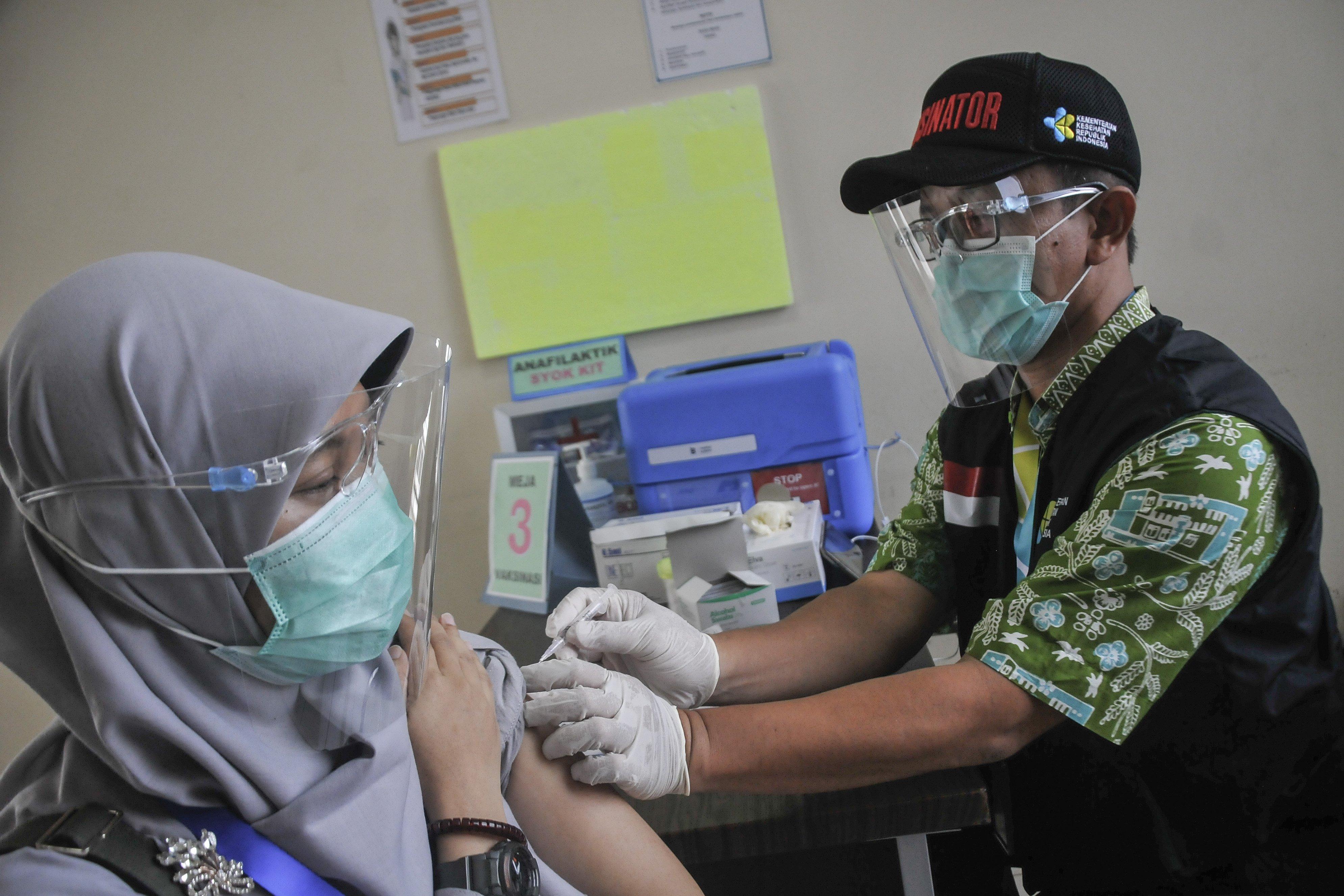 Petugas medis (kanan) menyimulasikan pemberian vaksin COVID-19 di Puskesmas Cikarang, Kabupaten Bekasi, Jawa Barat, Kamis (19/11/2020). Simulasi vaksinasi COVID-19 tersebut merupakan bagian dari upaya pemerintah menyampaikan sosialisasi tentang vaksin COVID-19 yang saat ini masih dalam tahap uji klinis.