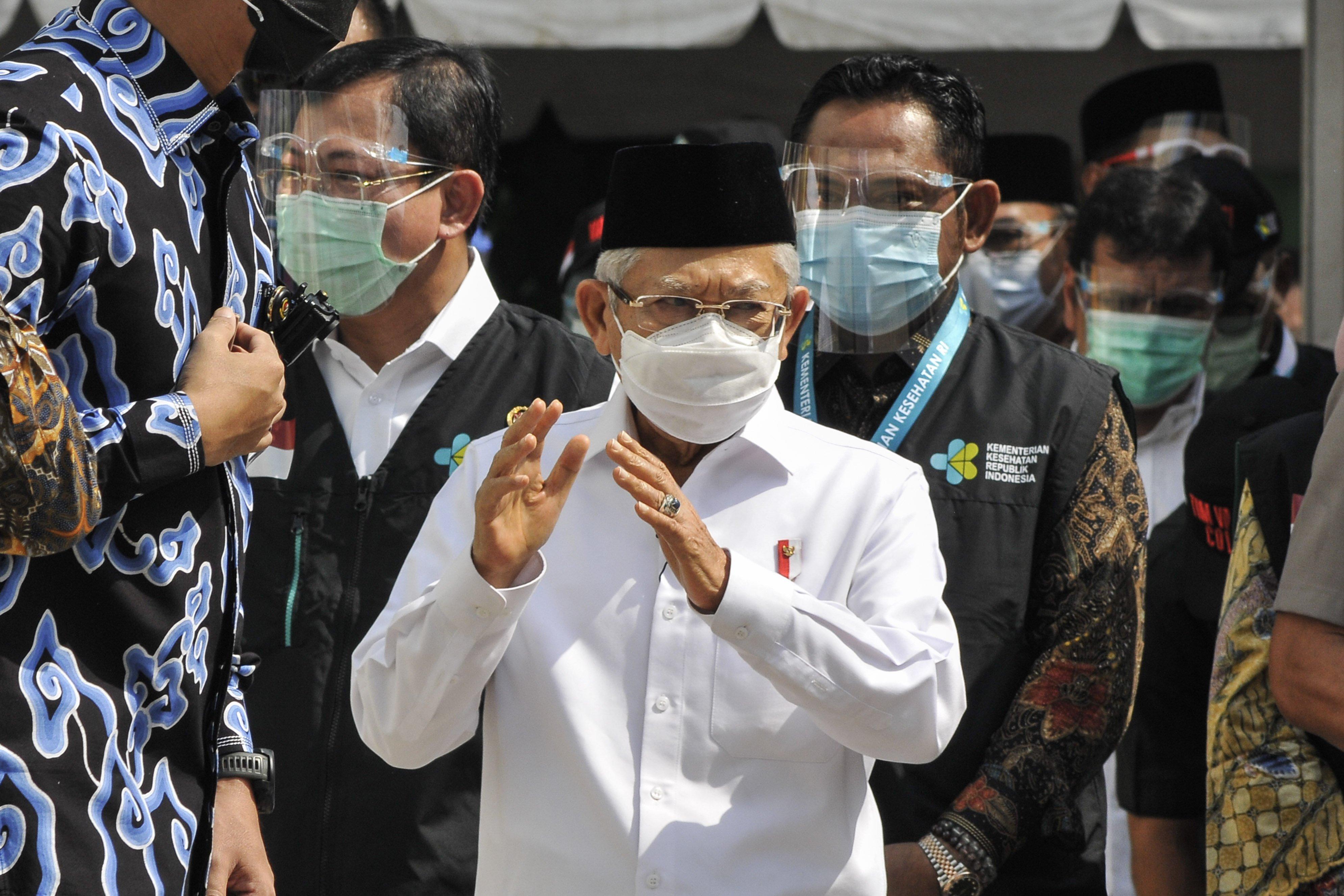 Wakil Presiden Ma\'ruf Amin (tengah) bersama Menteri Kesehatan Terawan Agus Putranto (kiri) dan Bupati Kabupaten Bekasi Eka Supriatmaja (kanan) meninjau simulasi pemberian vaksinasi COVID-19 di Puskesmas Cikarang, Kabupaten Bekasi, Jawa Barat, Kamis (19/11/2020). Pada kunjungan tersebut Wakil Presiden Ma\'ruf Amin meninjau satu persatu tahapan simulasi pemberian vaksin COVID-19 hingga observasi setelah vaksinasi.