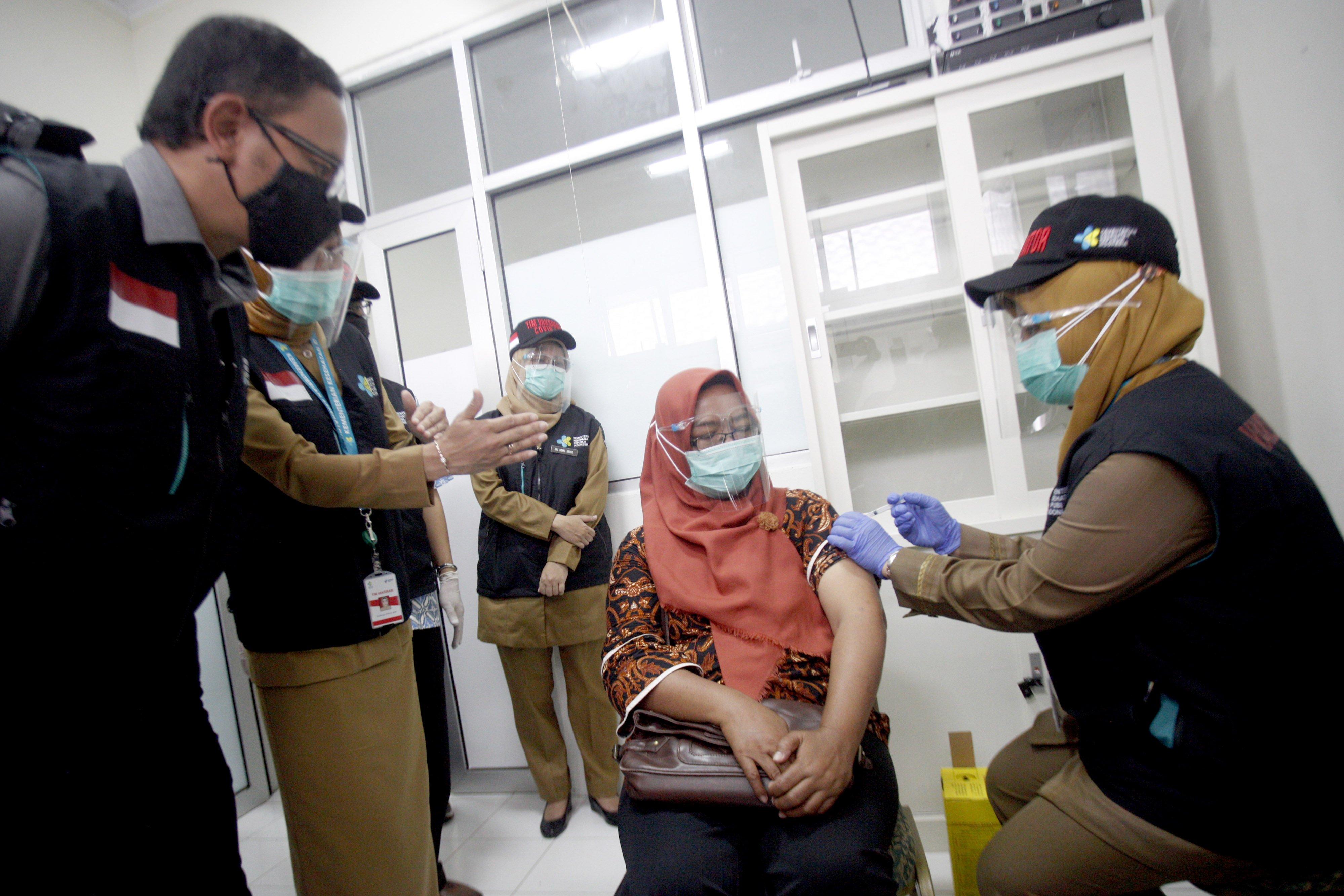 Petugas medis memberikan vaksin COVID-19 disaksikan Wali Kota Bogor Bima Arya (kiri) pada simulasi vaksinasi COVID-19 di Puskesamas Tanah Sareal, Kota Bogor, Jawa Barat, Rabu (18/11/2020). Menteri Kesehatan (Menkes) Terawan Agus Putranto mengatakan, pemerintah menargetkan imunisasi COVID-19 akan diberikan kepada 67 persen dari 160 juta penduduk berusia 18-59 tahun atau sebanyak 107,2 juta orang, pemberian vaksinasi akan dilakukan melalui skema vaksin program dan vaksin mandiri.