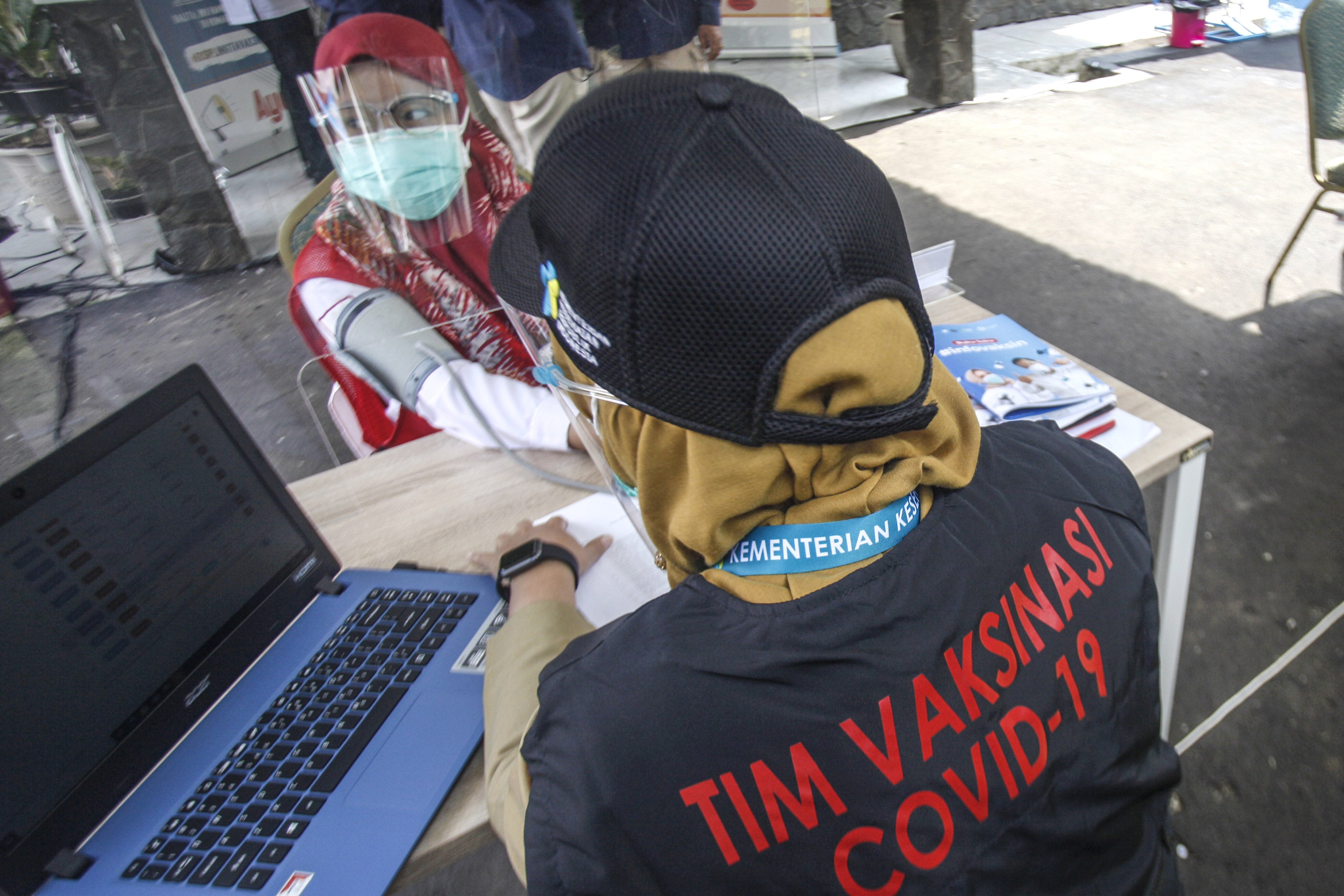 Petugas medis memeriksa kesehatan relawan sebelum di vaksin pada simulasi vaksinasi COVID-19 di Puskesamas Tanah Sareal, Kota Bogor, Jawa Barat, Rabu (18/11/2020). Menteri Kesehatan (Menkes) Terawan Agus Putranto mengatakan, pemerintah menargetkan imunisasi COVID-19 akan diberikan kepada 67 persen dari 160 juta penduduk berusia 18-59 tahun atau sebanyak 107,2 juta orang, pemberian vaksinasi akan dilakukan melalui skema vaksin program dan vaksin mandiri.