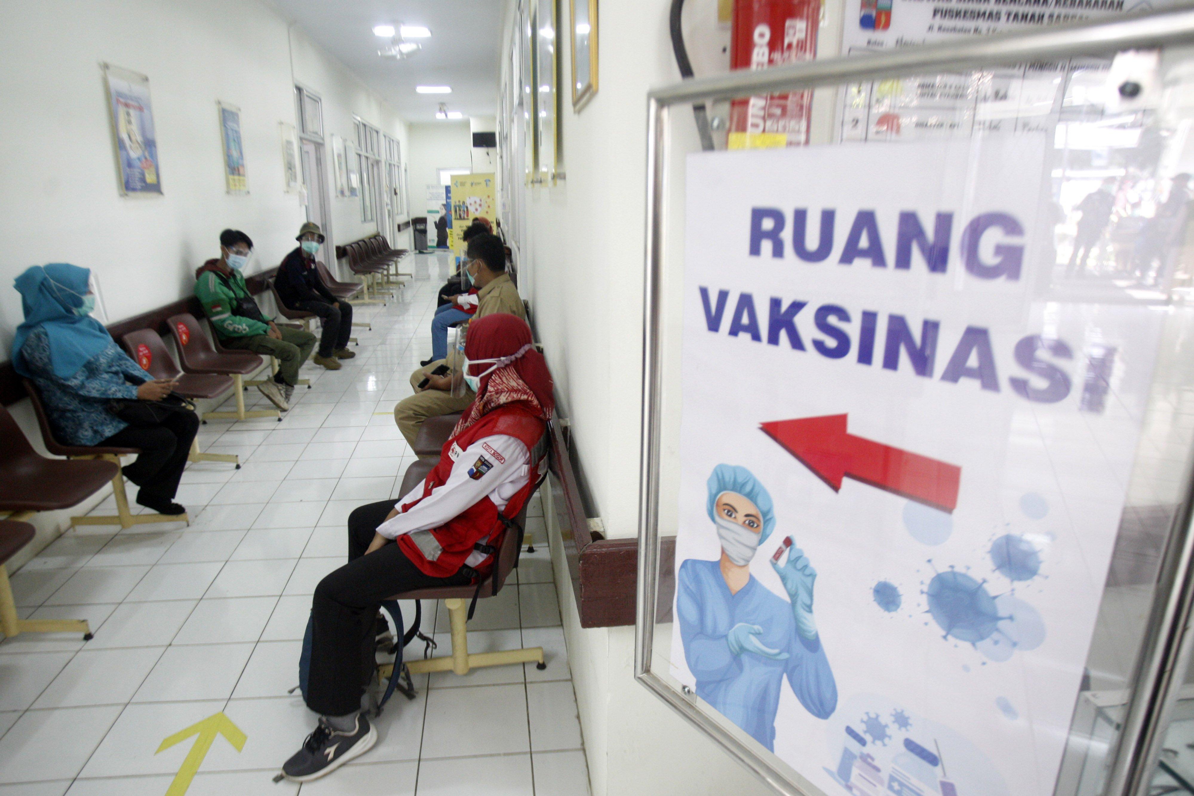 Sejumlah relawan antre untuk di vaksin pada simulasi vaksinasi COVID-19 di Puskesamas Tanah Sareal, Kota Bogor, Jawa Barat, Rabu (18/11/2020). Menteri Kesehatan (Menkes) Terawan Agus Putranto mengatakan, pemerintah menargetkan imunisasi COVID-19 akan diberikan kepada 67 persen dari 160 juta penduduk berusia 18-59 tahun atau sebanyak 107,2 juta orang, pemberian vaksinasi akan dilakukan melalui skema vaksin program dan vaksin mandiri.