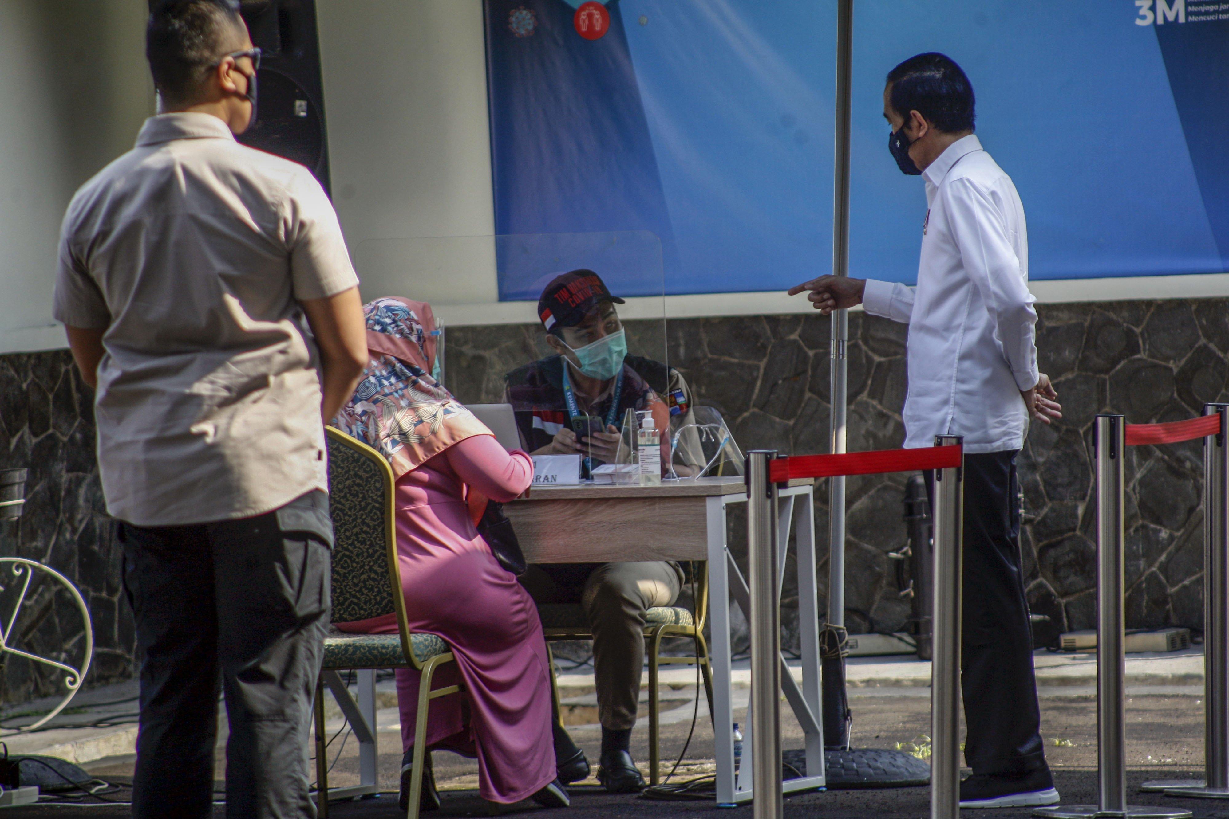 Presiden Joko Widodo (Jokowi) meninjau simulasi pemberian vaksinasi COVID-19 di Puskesmas Tanah Sareal, Kota Bogor, Jawa Barat, Rabu (18/11/2020). Dalam kunjungannya, Jokowi meninjau satu persatu tahapan simulasi pemberian vaksin COVID-19, dan juga meminta pada saat pemberian vaksinasi nanti lebih sempurna sehingga aman, cepat dan memperhatikan protokol kesehatan.