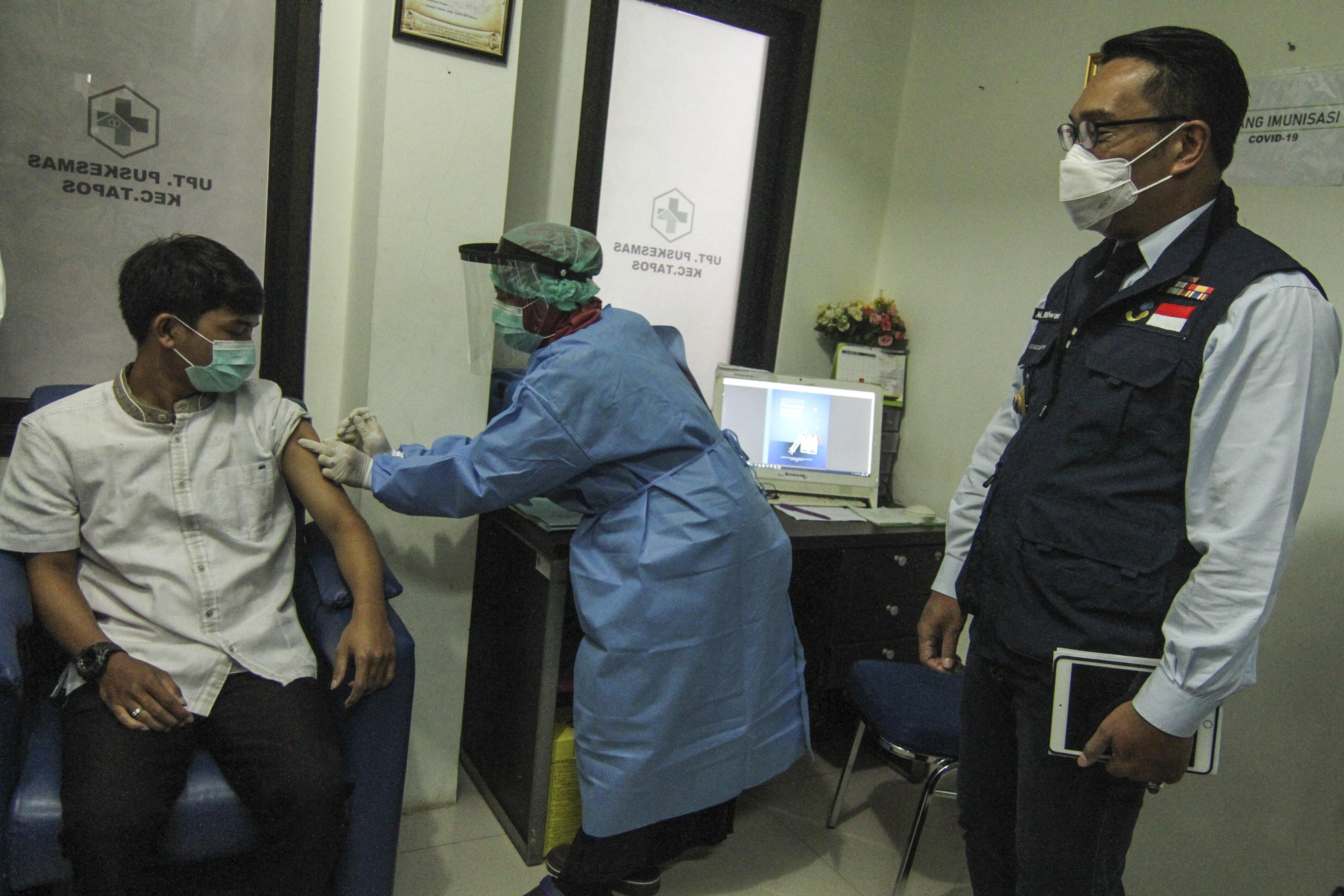 Gubernur Jawa Barat Ridwan Kamil (kanan) melihat petugas kesehatan melakukan simulasi vaksin COVID-19 di Puskesmas Tapos, Depok, Jawa Barat, Kamis (22/10/2020). Pemerintah Kota Depok menggelar simulasi vaksin COVID-19 dilakukan sesuai standar oprasional prosedur (SOP) dalam rangka persiapan vaksinasi yang rencananya akan dilaksanakan bulan November 2020.