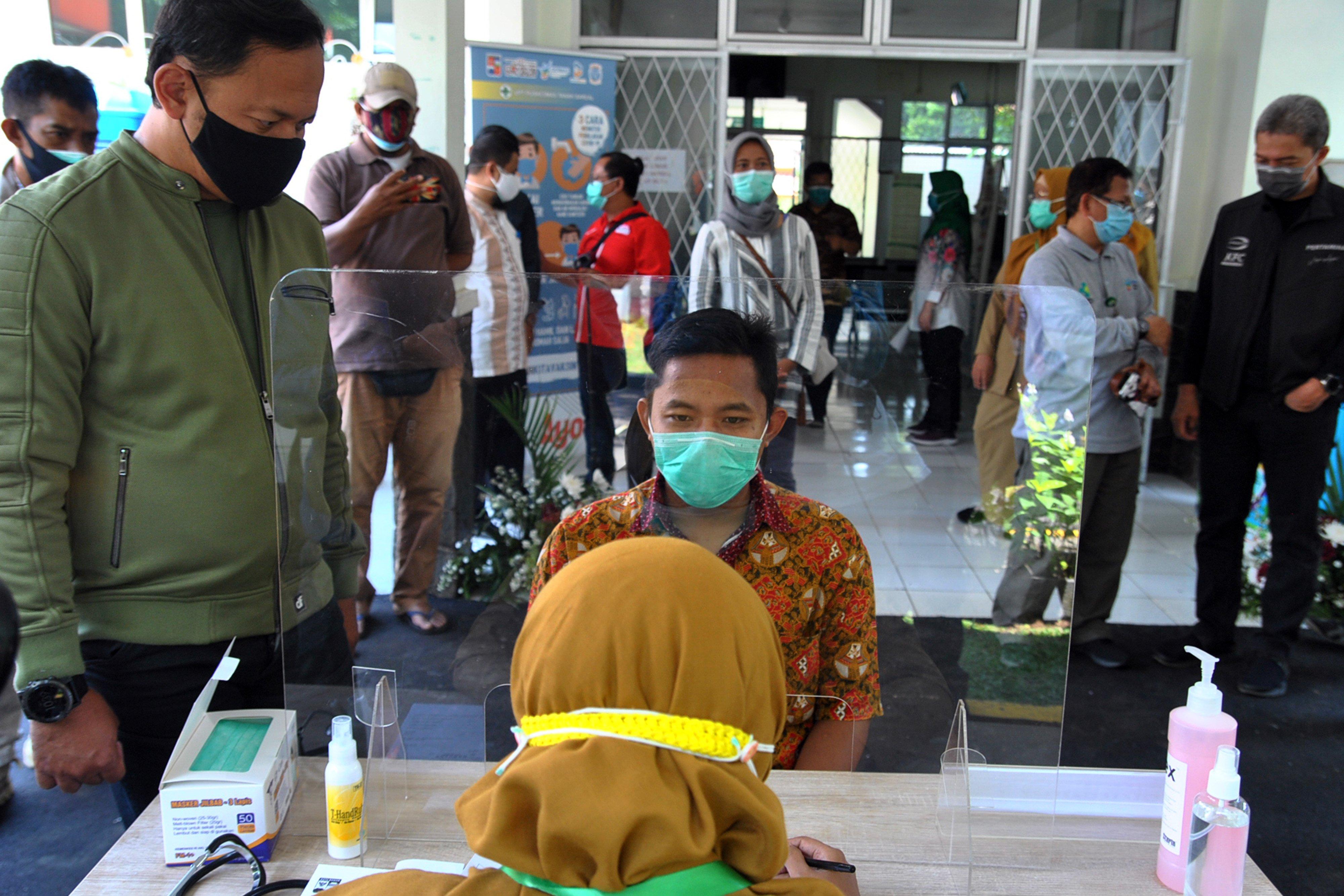Wali Kota Bogor Bima Arya (kiri) melihat proses simulasi ujicoba vaksinasi COVID-19 di Puskesmas Tanah Sareal, Kota Bogor, Jawa Barat, Minggu (4/10/2020). Simulasi di puskesmas tersebut dilakukan setelah ditunjuk Kementerian Kesehatan sebagai salah satu lokasi pelaksanaan ujicoba vaksinasi COVID-19 dengan memastikan kesiapan mulai dari alur proses vaksinasi, tenaga kesehatan, observasi, penerapan protokol kesehatan dan jalur khusus ke Kejadian Ikutan Pasca Imunisasi (KIPI). \r\n
