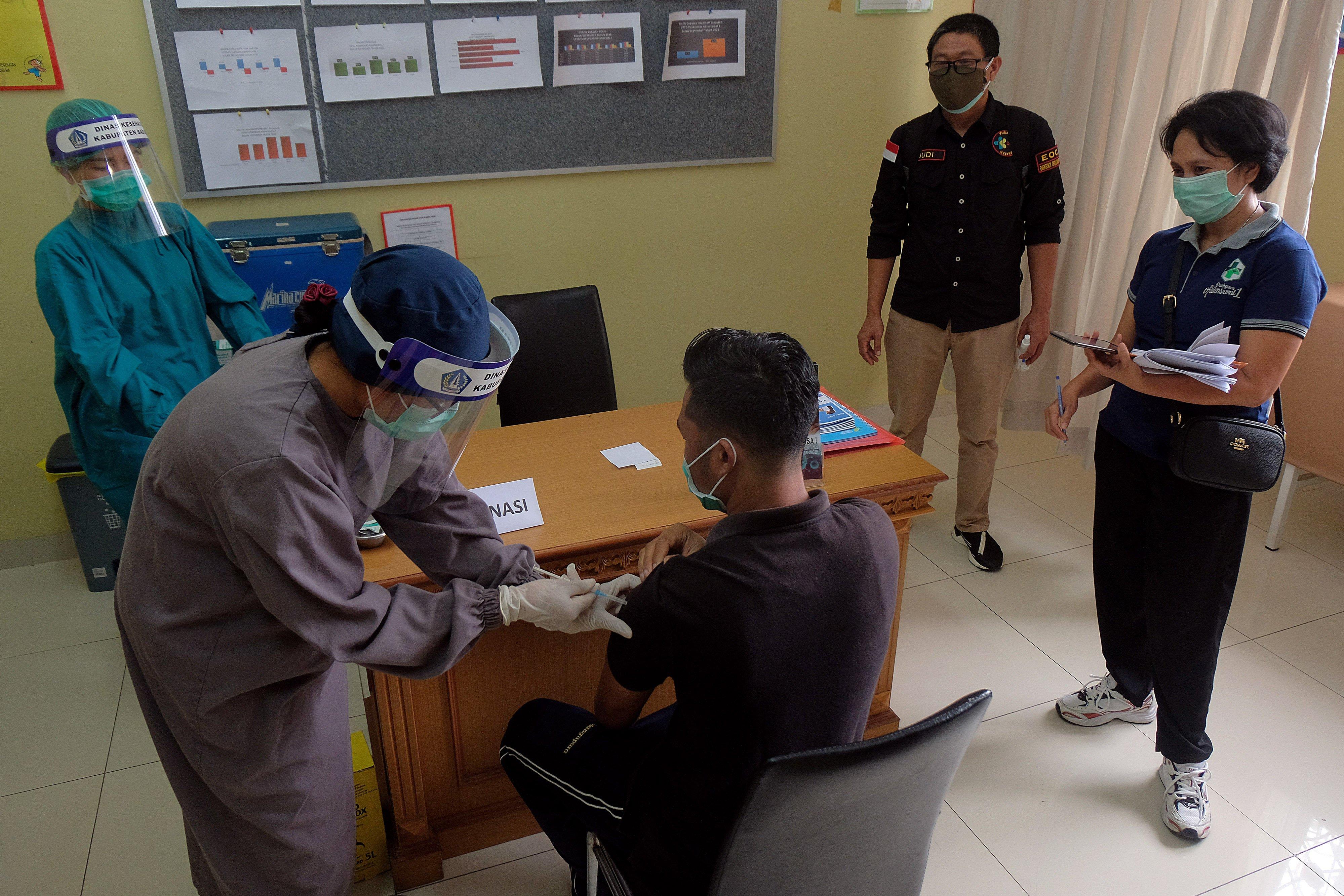 Tim medis melakukan penanganan terhadap pasien dalam persiapan simulasi vaksinasi COVID-19 di Puskesmas Abiansemal I, Badung, Bali, Senin (5/10/2020). Kementerian Kesehatan melakukan kunjungan dan survei untuk melihat kesiapan puskesmas tersebut sebagai lokasi layanan vaksinasi COVID-19 serta menggelar simulasi pada Selasa (6/10).