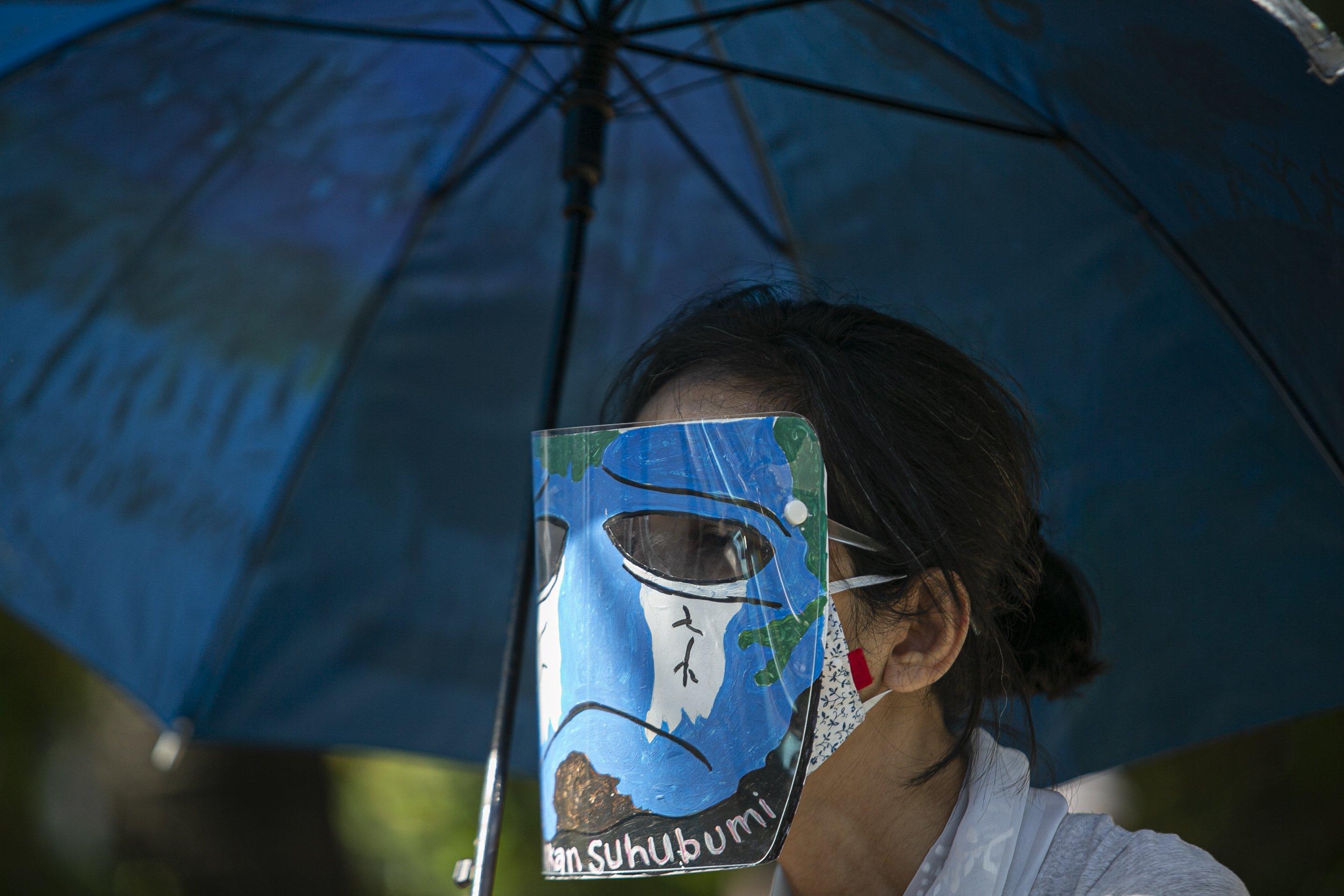 Massa yang tergabung dalam aksi jeda untuk iklim berunjuk rasa di depan Balaikota, Jakarta Pusat, Jumat (27/11/2020). Aksi tersebut bertujuan menyuarakan tuntutan agar pemerintah melakukan tindakan nyata dalam menyelesaikan masalah polusi, kebakaran hutan dan eksploitasi alam.
