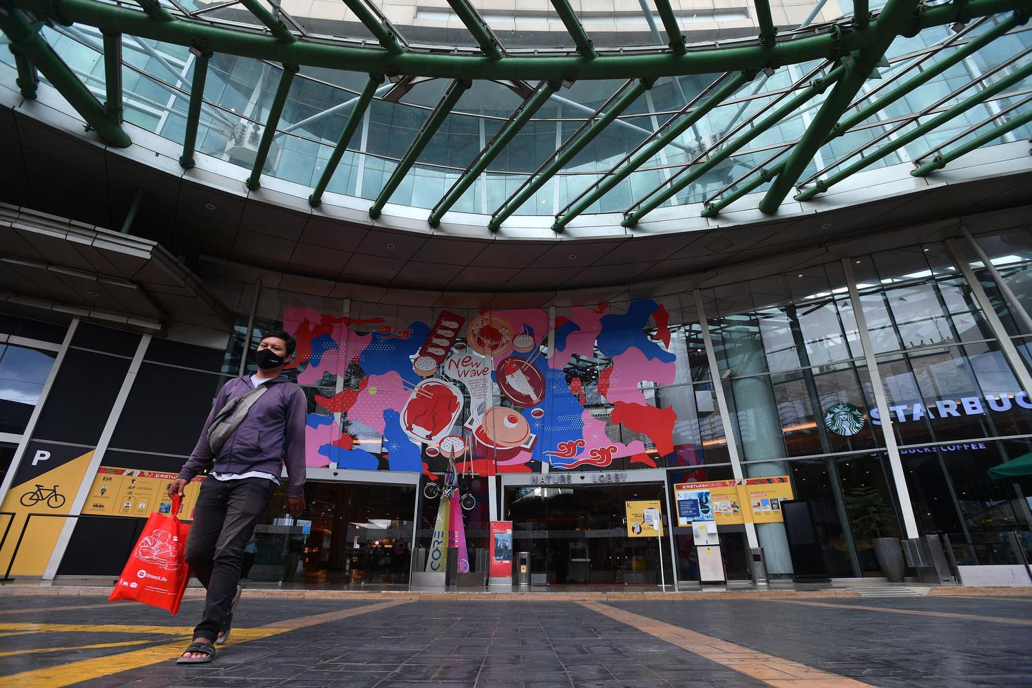 Pengunjung berjalan kaki di mall Kuningan City, Jakarta, Kamis (17/12/2020).