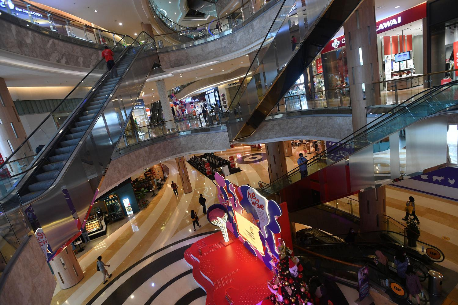 Siluet pengunjung menaiki eskalator di mall Kuningan City, Jakarta, Kamis (17/12/2020). PSBB Jawa Bali akan berlaku multi 11 Januari 2021 dennen perbatasan jam operasional mall.