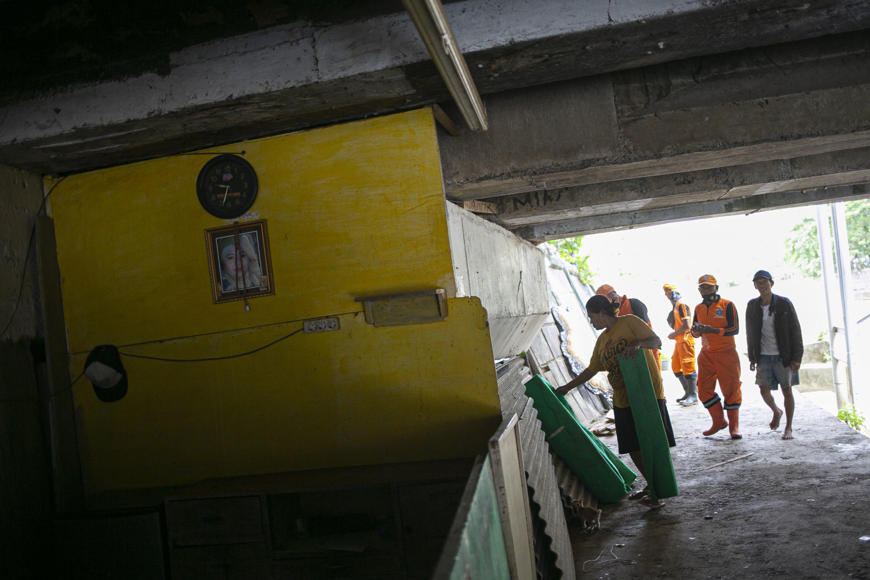 Warga mengemas barang-barang saat penertiban bangunan liar di kolong jembatan Jalan Proklamasi, Pegangsaan, Menteng, Jakarta, Selasa (28/12/2020). Kurang lebih sebanyak 12 hunian liar ditertibkan oleh petugas dari Kelurahan Pegangsaan, setelah sebelumnya Menteri Sosial Tri Rismaharini melakukan sidak di kolong jembatan tersebut.
