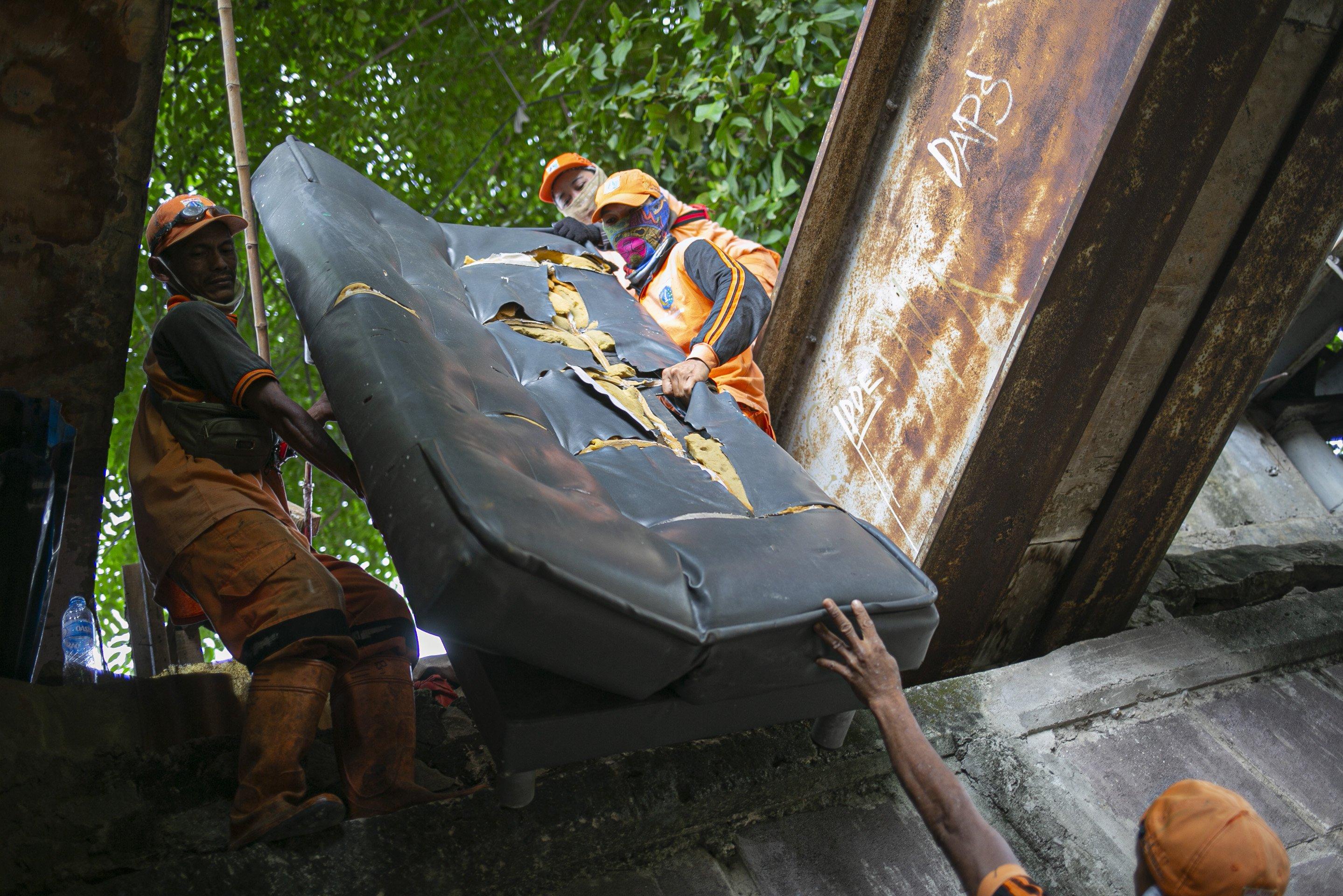 Petugas PPSU menertibkan hunian liar di kolong jembatan Jalan Proklamasi, Pegangsaan, Menteng, Jakarta, Selasa (28/12/2020). Kurang lebih sebanyak 12 hunian liar ditertibkan oleh petugas dari Kelurahan Pegangsaan, setelah sebelumnya Menteri Sosial Tri Rismaharini melakukan sidak di kolong jembatan tersebut.