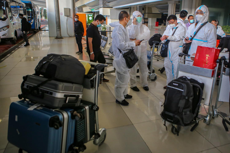 Sejumlah warga negara asing (WNA) dengan menggunakan baju hazmat tiba di Bandara Internasional Soekarno Hatta, Tangerang, Banten, Sabtu (2/1/2021).