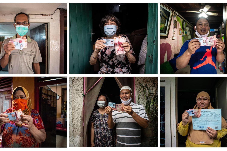 Foto kombo warga RW 05 Kelurahan Kenari penerima Bantuan Sosial Tunai (BST) berpose dengan menunjukkan uang yang diterimanya di Senen, Jakarta, Rabu (6/1/2021). Pemerintah mulai menyalurkan Bantuan Sosial Tunai (BST) tahun 2021 untuk empat bulan kedepan senilai Rp300 ribu per Keluarga Penerima Manfaat (KPM) yang diberikan secara langsung kepada warga melalui petugas PT Pos Indonesia dan bank-bank milik negara.