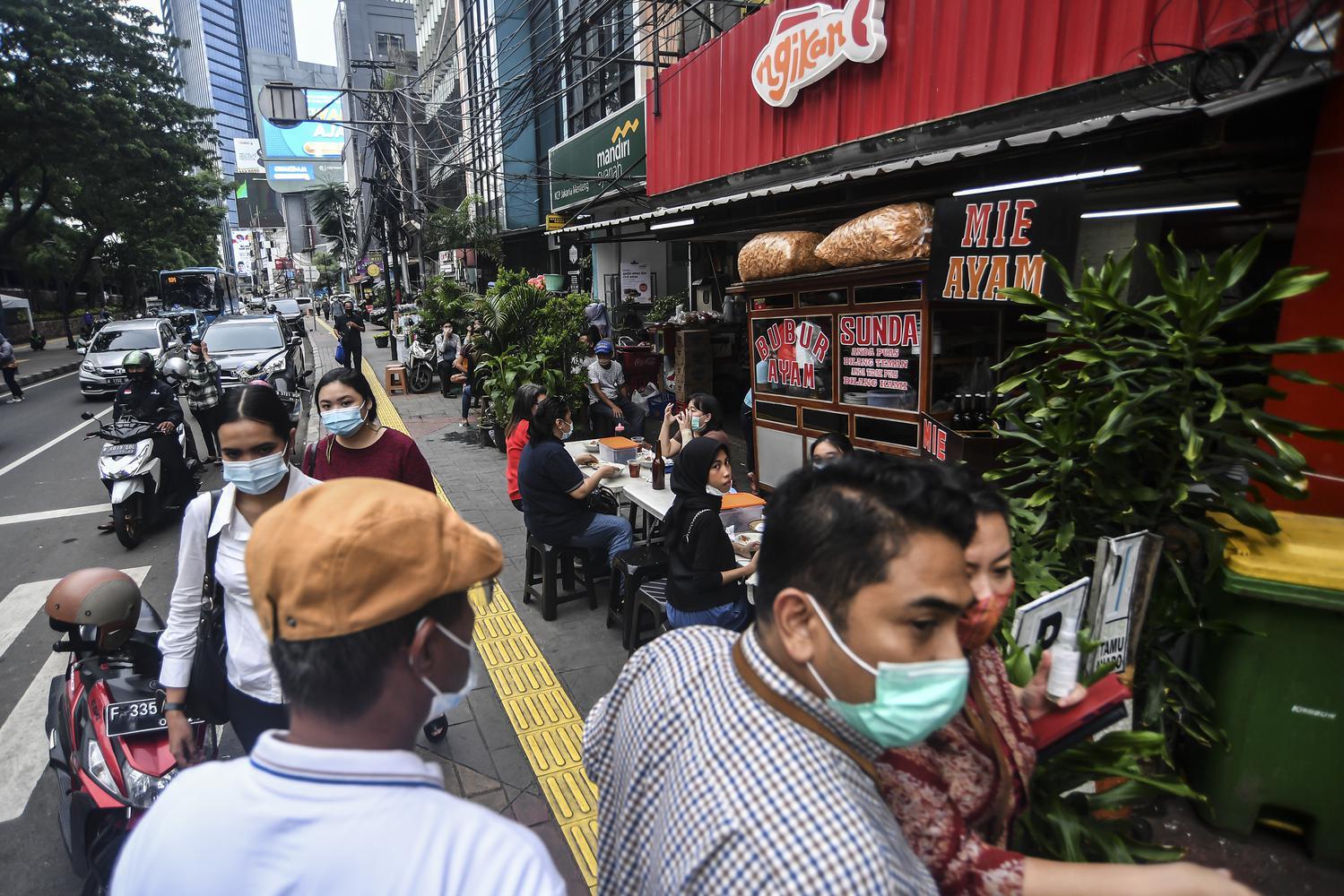Pekerja beraktivitas sepulang bekerja di Jakarta, Rabu (6/1/2021). Pemerintah kembali memberlakukan Pembatasan Sosial Berskala Besar (PSBB) yang lebih ketat, dengan menerapkan aturan Work From Office (WFO) maksimal hanya 25 persen dari kapasitas kantor dan berlaku di Pulau Jawa dan Bali.