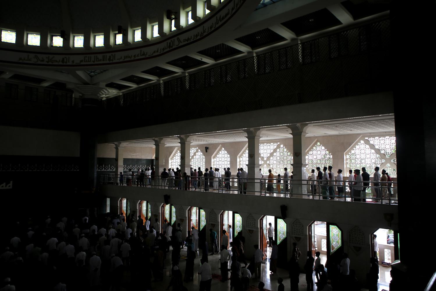 Sejumlah umat islam melaksanakan salat jumat di Masjid Al-Amjad, Kabupaten Tangerang, Jumat (8/1/2021). Pemerintah melakukan Pelaksanaan Pembatasan Kegiatan Masyarakat di Jawa dan Bali pada 11-25 Januari 2021 untuk menekan penyebaran COVID-19, diantaranya melakukan pembatasan kapasitas di tempat ibadah sebanyak 50 persen.