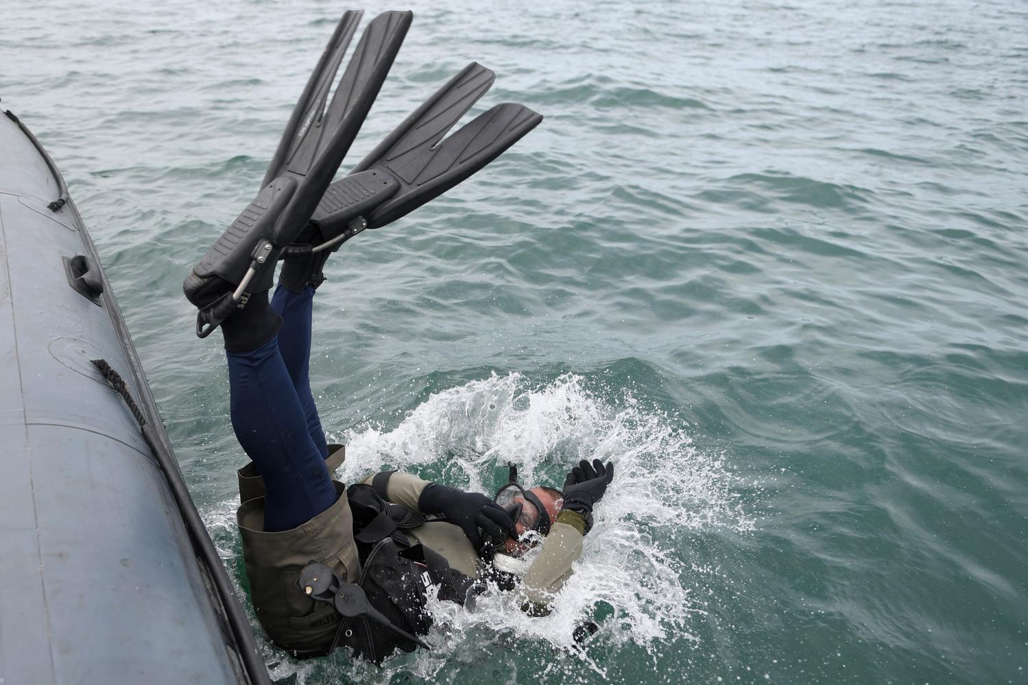 Prajurit Batalyon Intai Amfibi 1 Korps Marinir (Yontaifib) TNI AL melakukan penyelaman untuk pencarian pesawat Sriwijaya Air SJ 182 yang hilang kontak di perairan Kepulauan Seribu, Jakarta, Minggu (10/1/2021). Pesawat Sriwijaya Air SJ 182 yang hilang kontak pada Sabtu (9/1) sekitar pukul 14.40 WIB di ketinggian 10 ribu kaki tersebut membawa enam awak dan 56 penumpang.