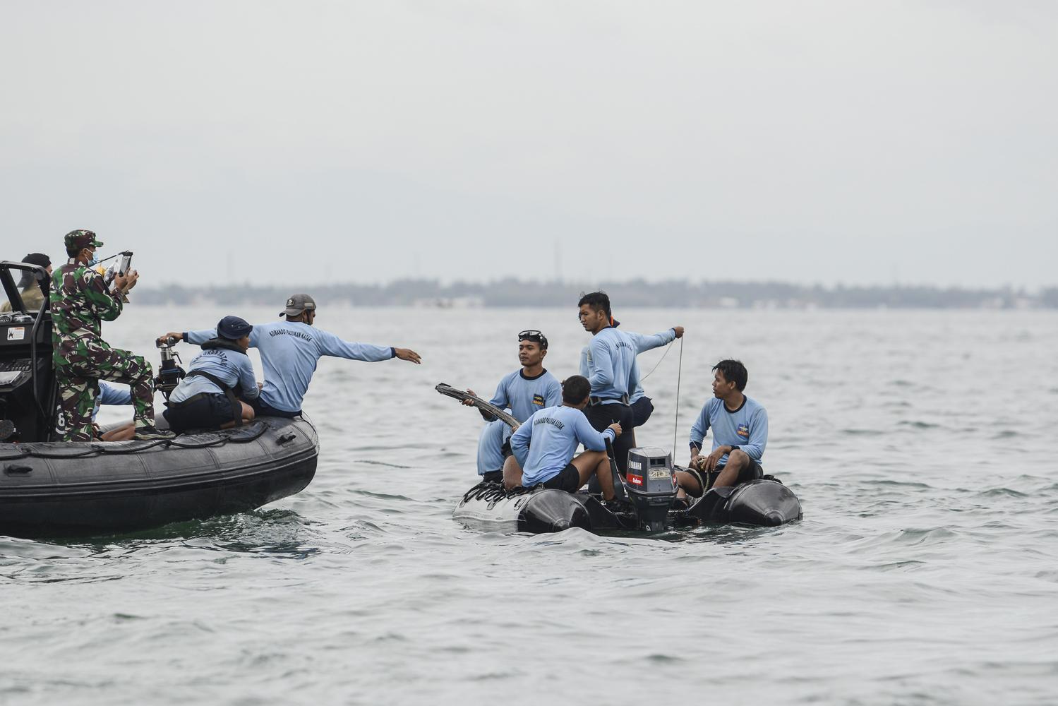 Sejumlah prajurit Satkopaska Armada 1 mengevakuasi serpihan dari pesawat Sriwijaya Air SJ 182 yang hilang kontak saat melakukan pencarian di perairan Kepulauan Seribu, Jakarta, Minggu (10/1/2021). Pesawat Sriwijaya Air SJ 182 yang hilang kontak pada Sabtu (9/1) sekitar pukul 14.40 WIB di ketinggian 10 ribu kaki tersebut membawa enam awak dan 56 penumpang.