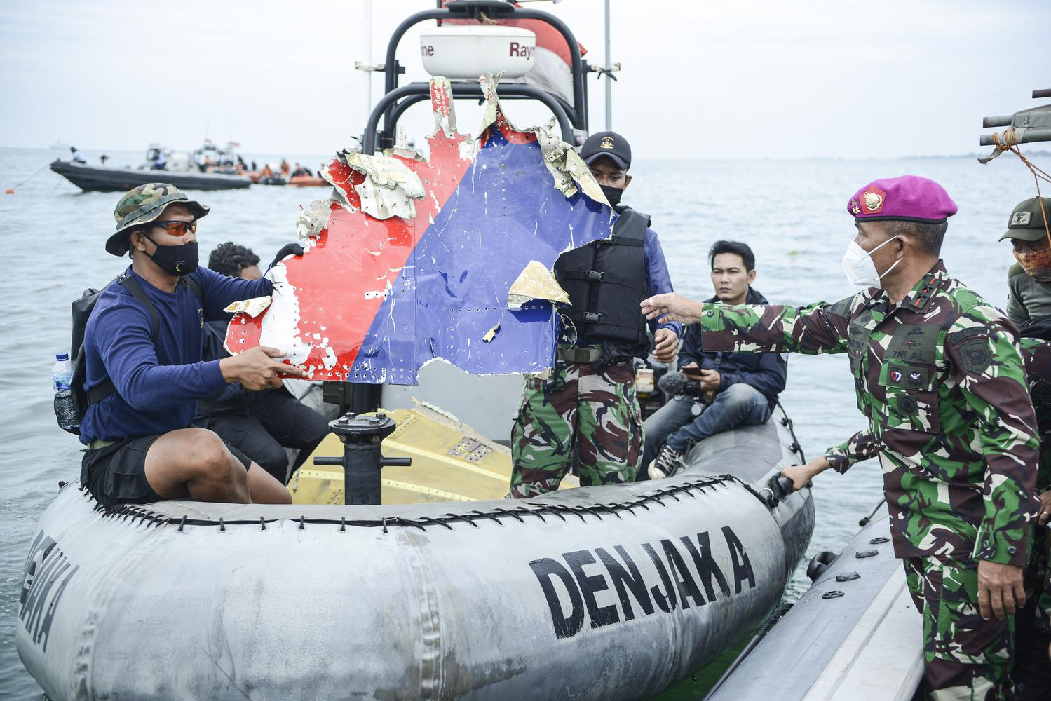 Komandan Korps Marinir Mayor Jenderal TNI Mar Suhartono (kanan) mengamati serpihan dari pesawat Sriwijaya Air SJ 182 yang hilang kontak saat melakukan pencarian di perairan Kepulauan Seribu, Jakarta, Minggu (10/1/2021). Pesawat Sriwijaya Air SJ 182 yang hilang kontak pada Sabtu (9/1) sekitar pukul 14.40 WIB di ketinggian 10 ribu kaki tersebut membawa enam awak dan 56 penumpang.
