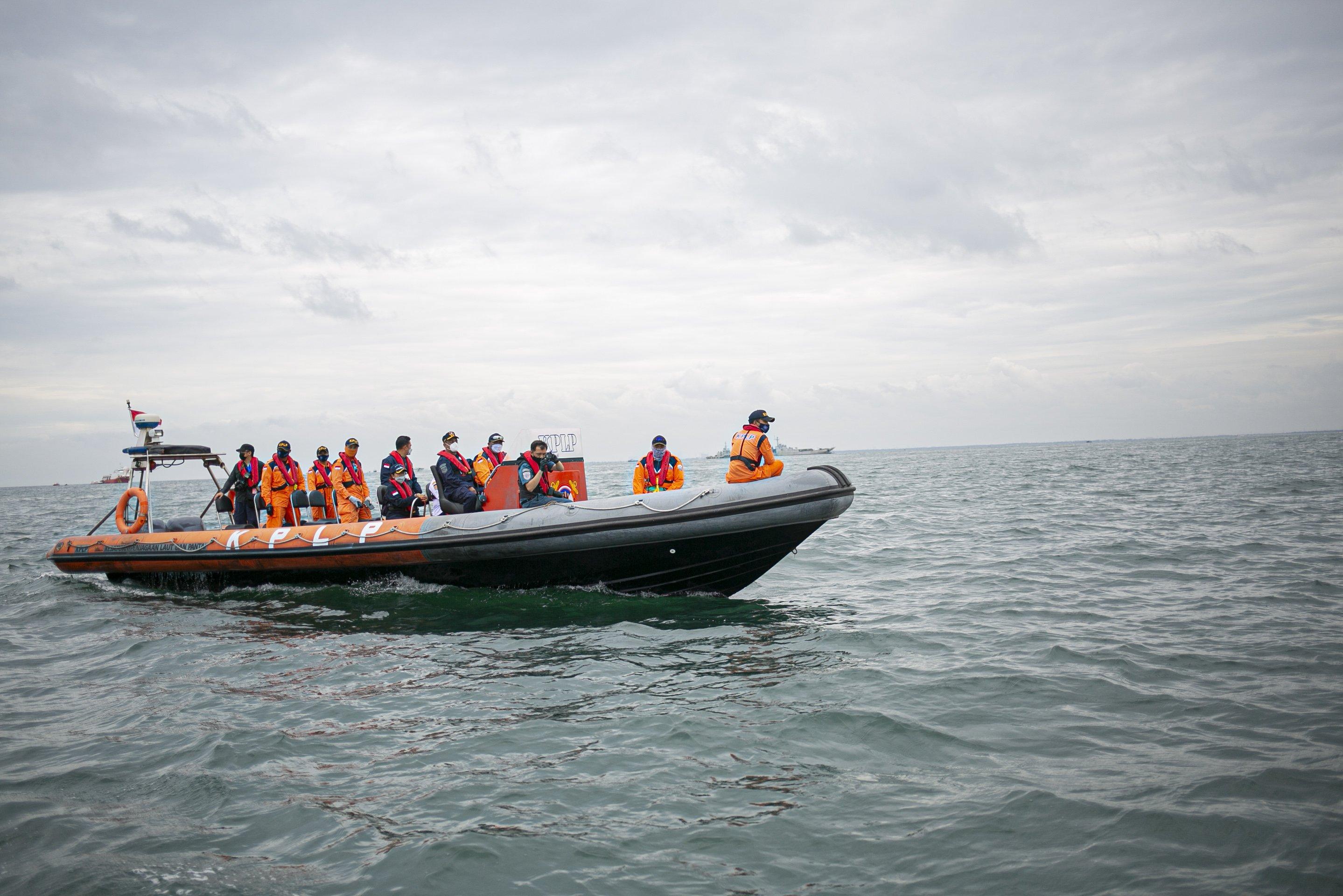 Petugas gabungan melakukan pencarian korban dan puing pesawat Sriwijaya Air SJ 182 di perairan Kepulauan Seribu, Jakarta, Minggu (10/1/2021). Pesawat Sriwijaya Air SJ 182 yang hilang kontak pada Sabtu (9/1) sekitar pukul 14.40 WIB di ketinggian 10 ribu kaki tersebut membawa enam awak dan 56 penumpang.