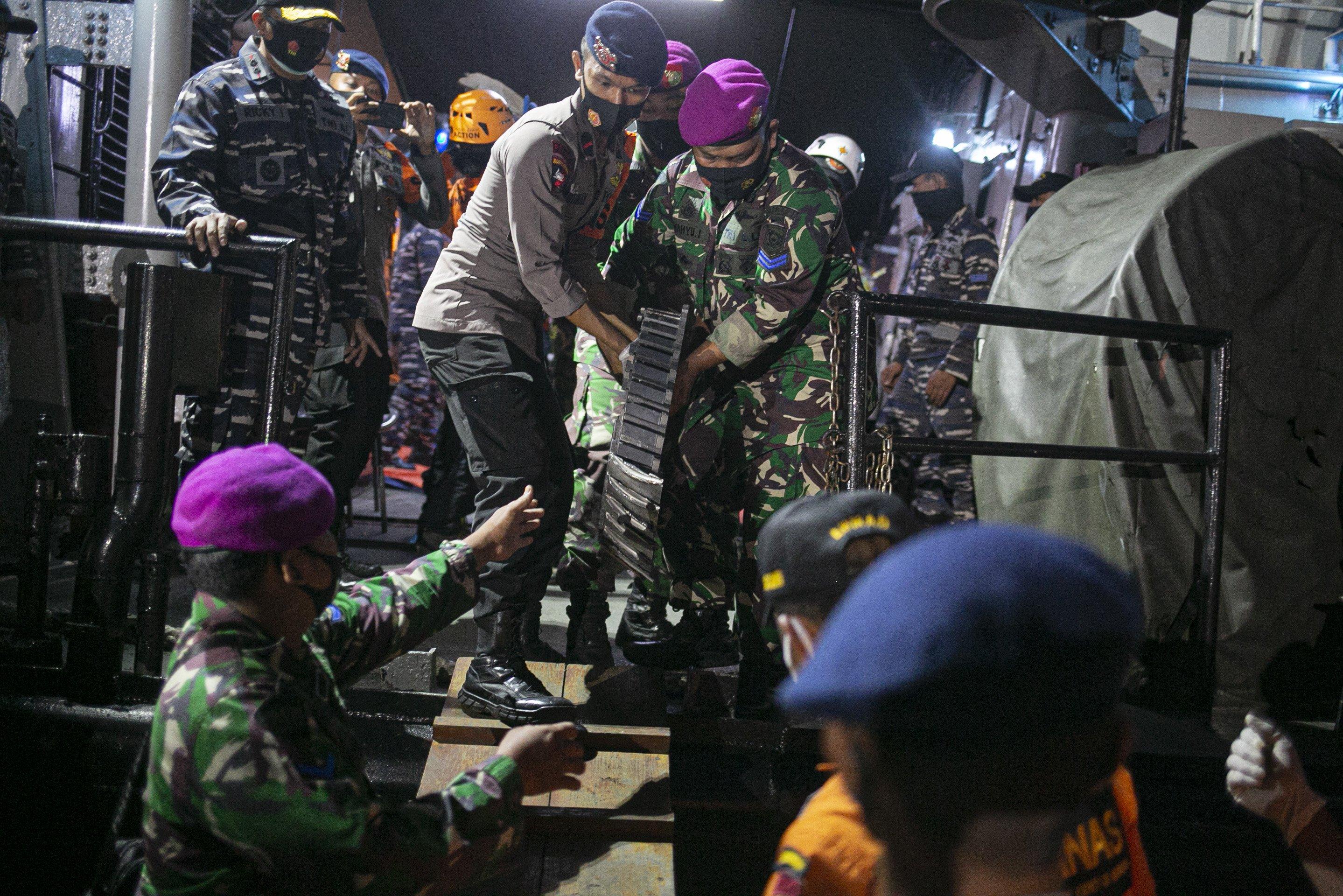 Petugas gabungan membawa bagian pesawat Sriwijaya Air SJ182 rute Jakarta - Pontianak yang jatuh di perairan Pulau Seribu di Dermaga JICT, Tanjung Priok, Jakarta Utara, Minggu (10/1/2021). Temuan bagian pesawat selanjutnya akan diperiksa oleh Komite Nasional Keselamatan Transportasi (KNKT) sedangkan potongan tubuh korban diserahkan kepada DVI Polri untuk identifikasi lebih lanjut.