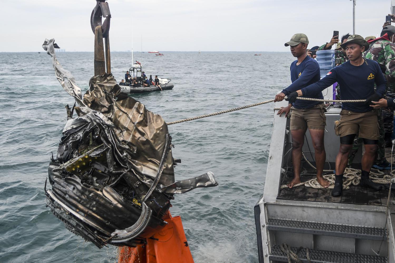 Sejumlah penyelam TNI AL menarik puing yang diduga turbin dari pesawat Sriwijaya Air SJ 182 ke atas KRI Rigel-933 di perairan Kepulauan Seribu, Jakarta, Senin (11/1/2021). Namun puing yang diduga turbin dari pesawat Sriwijaya Air SJ 182 jatuh sebelum dinaikkan ke atas kapal.