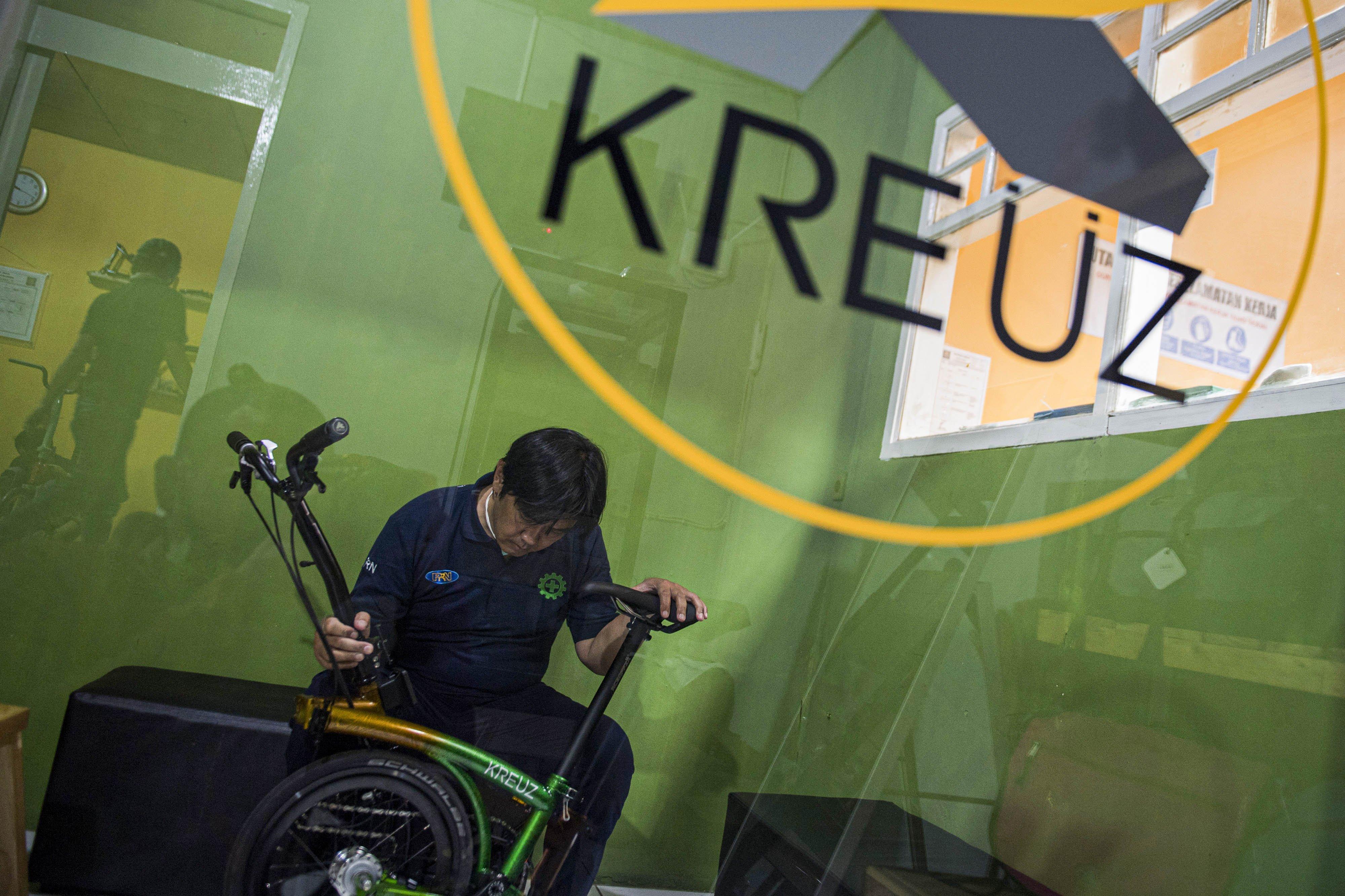 Direktur Kreuz Indonesia Yudi Yudiantara melakukan pemeriksaan akhir sepeda lipat Kreuz seusai perakitan di Bandung, Jawa Barat, Jumat (20/11/2020).