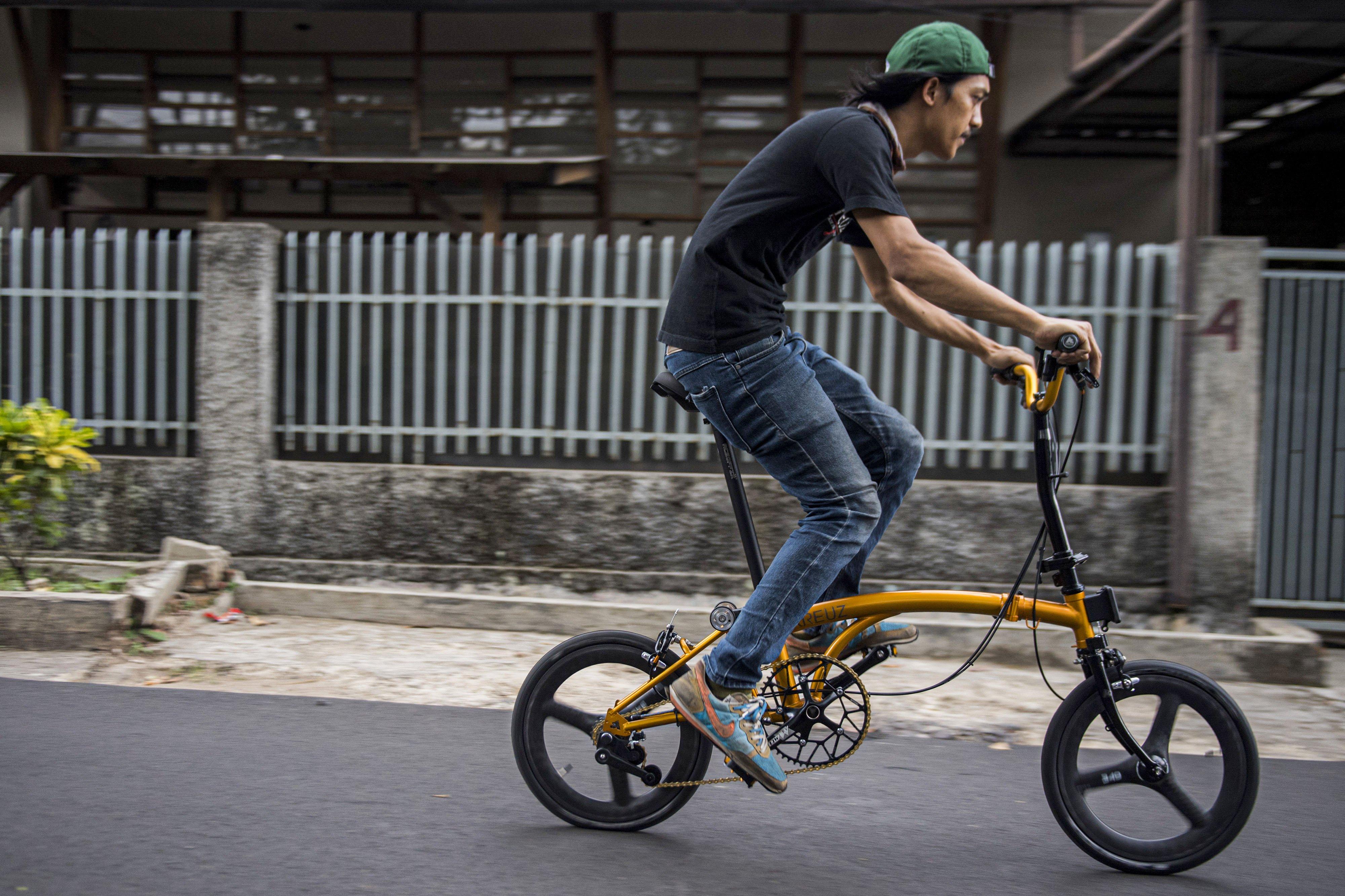 Pekerja melakukan uji coba ketahanan dan akurasi sepeda lipat Kreuz di Bandung, Jawa Barat, Jumat (20/11/2020).