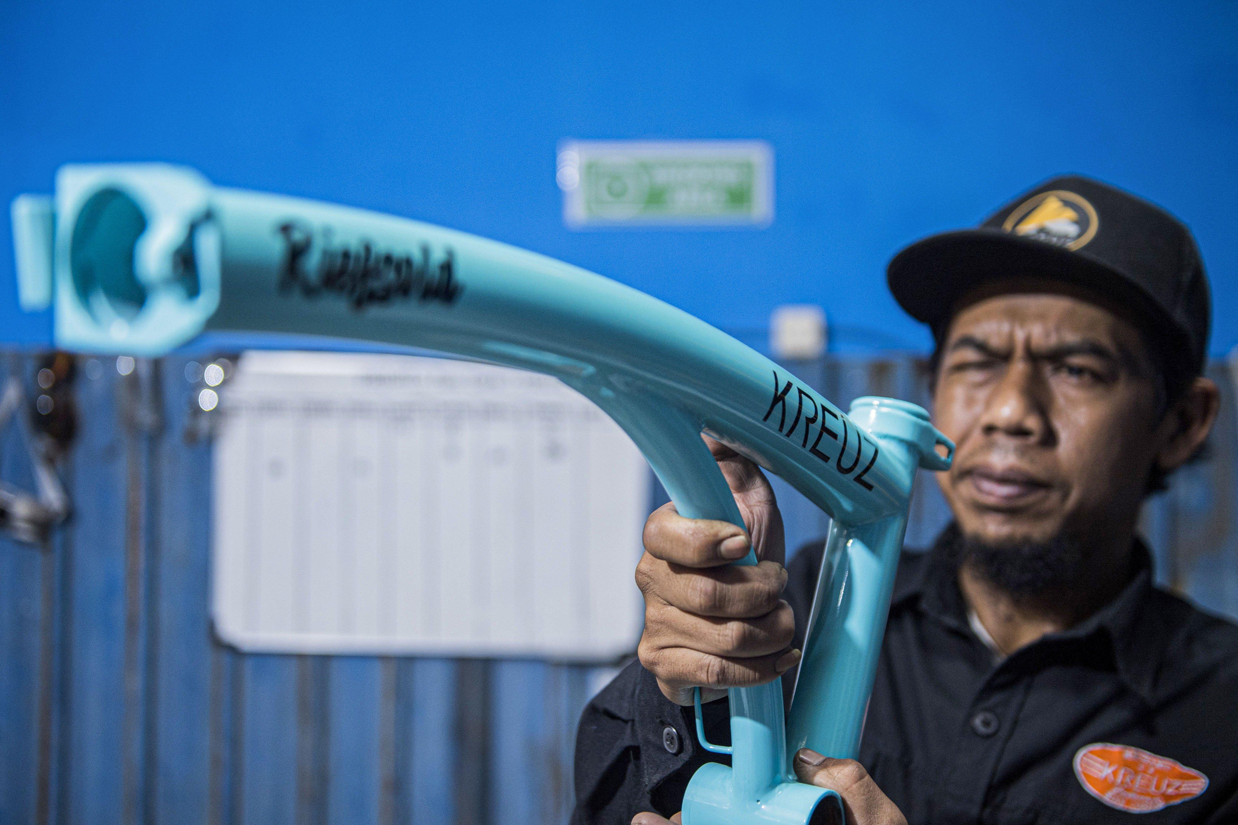 Pekerja mengukur rangka (main frame) sepeda lipat Kreuz di Bandung, Jawa Barat, Sabtu (21/11/2020).