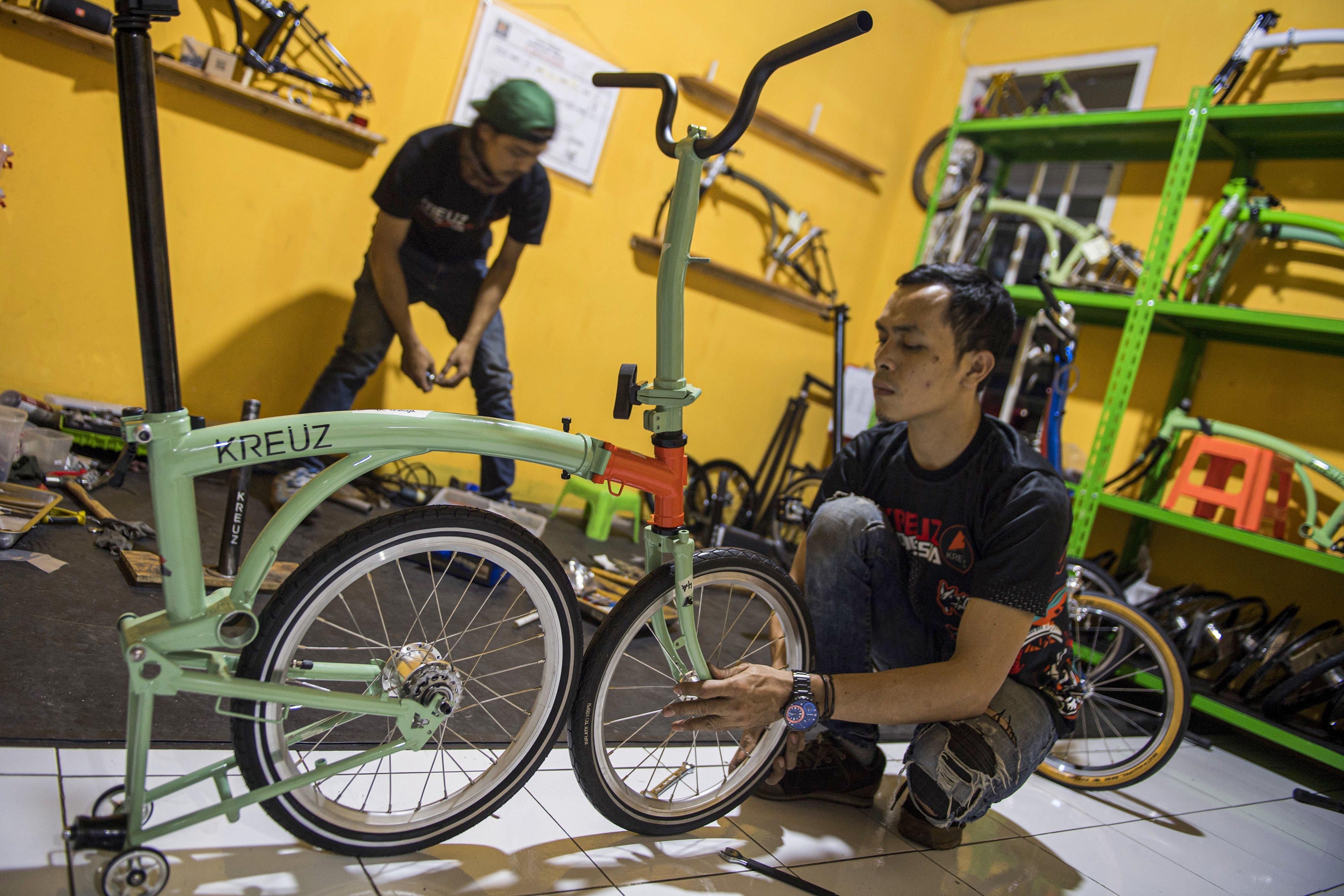 Pekerja mengecek sepeda lipat Kreuz seusai perakitan di Bandung, Jawa Barat, Jumat (20/11/2020).