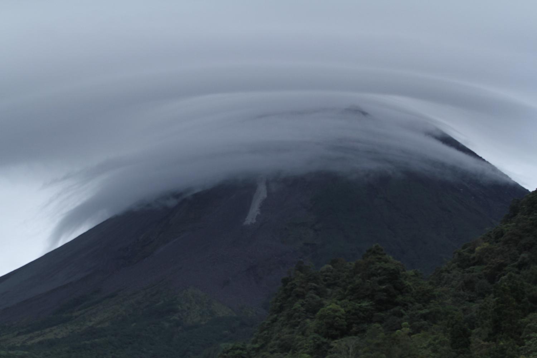 Awan lentikular menutupi puncak Gunung Merapi yang terlihat dari Kaliurang, Sleman, DI Yogyakarta, Kamis (14/1/2021). Menurut Balai Penyelidikan dan Pengembangan Teknologi Kebencanaan Geologi (BPPTKG) telah terbentuk kubah lava baru di atas lava tahun 1997 sisi barat daya dan menjadi pusat keluarnya magma dan awan panas Gunung Merapi.