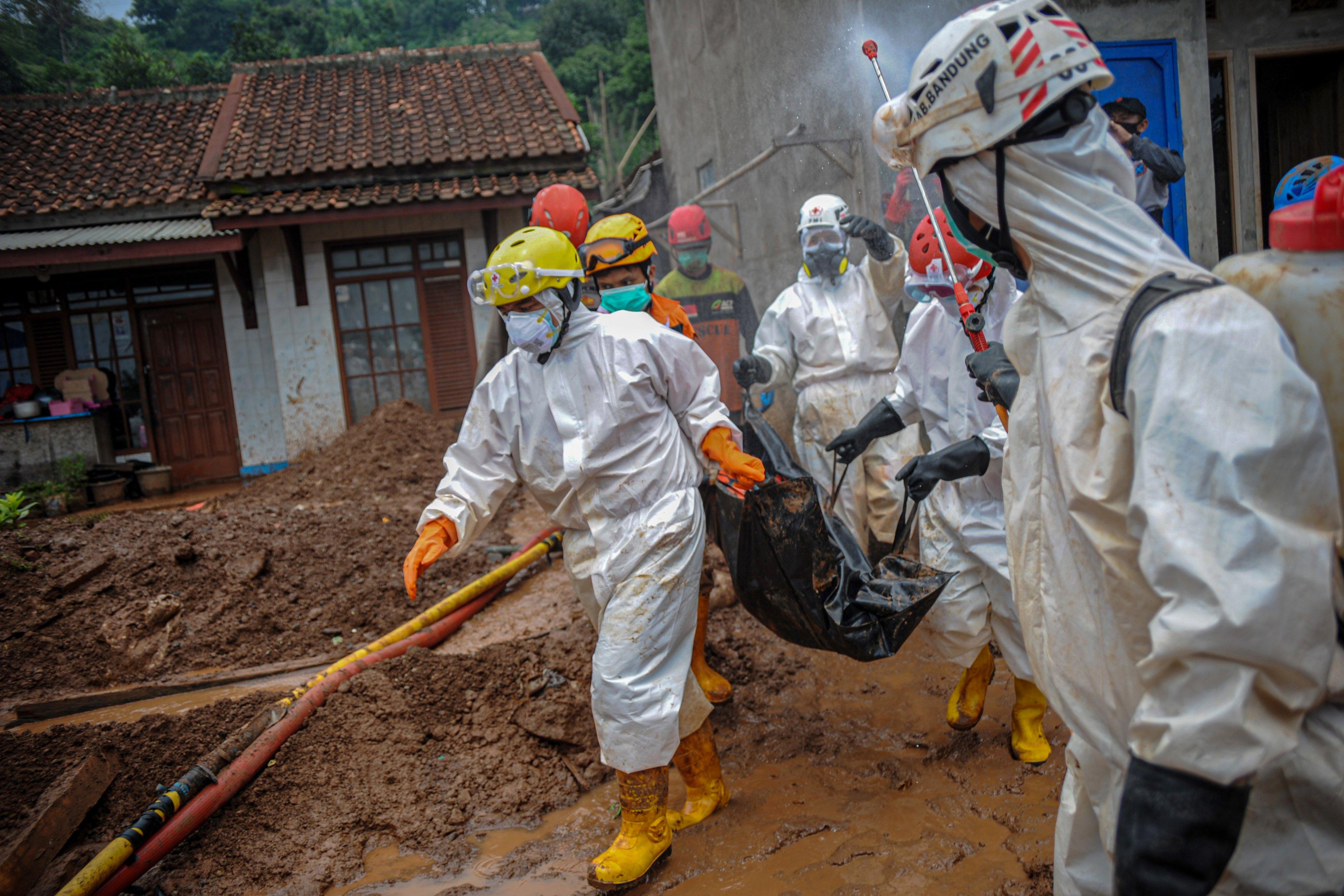 Petugas PMI Kabupaten Sumedang membawa jenazah korban bencana tanah longsor di Cimanggung, Kabupaten Sumedang, Jawa Barat, Kamis (14/1/2021). Hingga siang hari di hari keenam pencarian, tim SAR gabungan telah menemukan 24 korban bencana tanah longsor yang terjadi pada Sabtu (9/1) lalu, sementara 16 korban lainnya masih dalam pencarian.