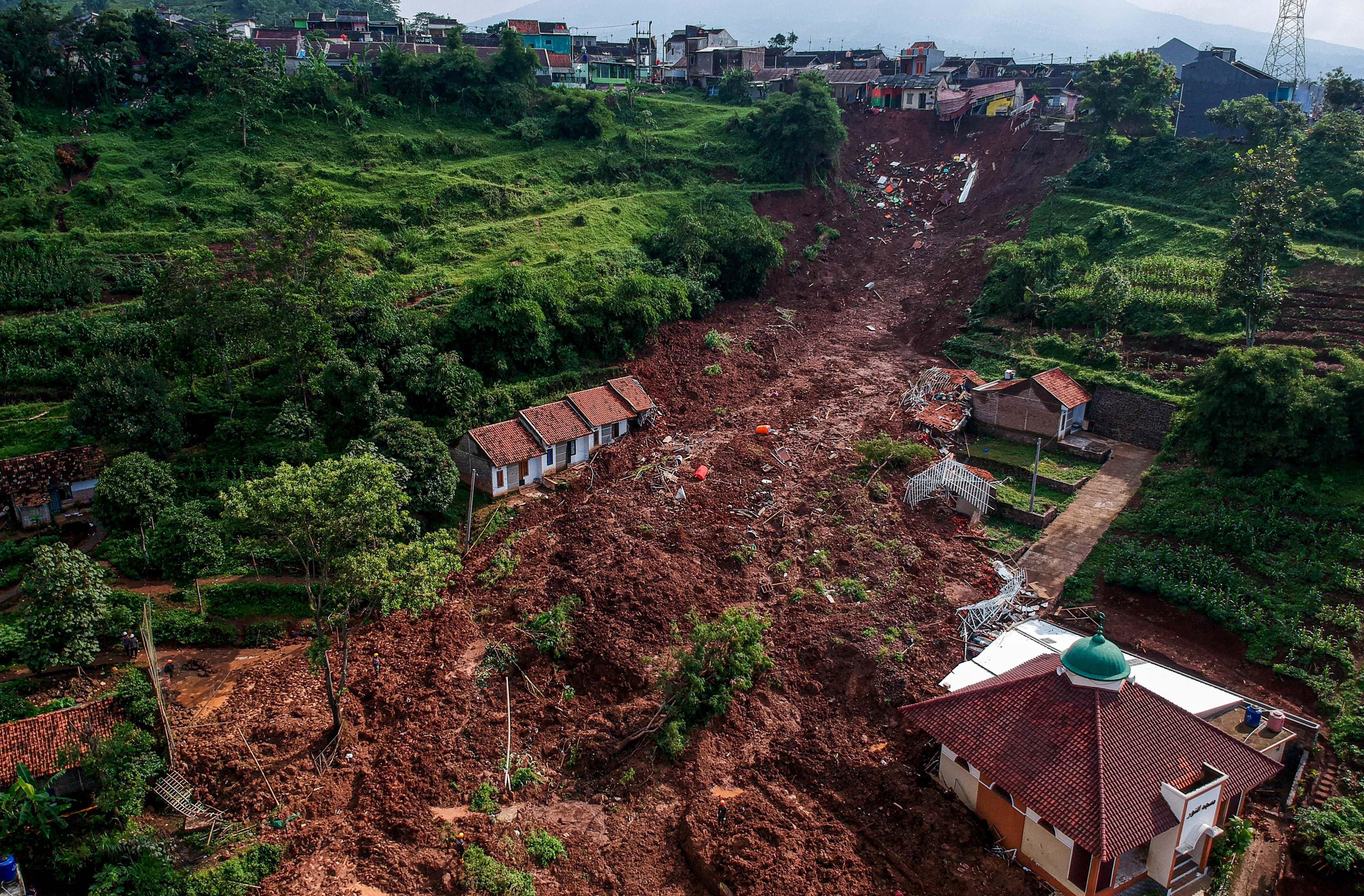 Foto udara bencana tanah longsor di Cimanggung, Kabupaten Sumedang, Jawa Barat, Selasa (12/1/2021). Tim SAR gabungan masih mencari sedikitnya 24 korban hilang yang telah terdata akibat bencana tanah longsor yang terjadi pada Sabtu (9/1) lalu.