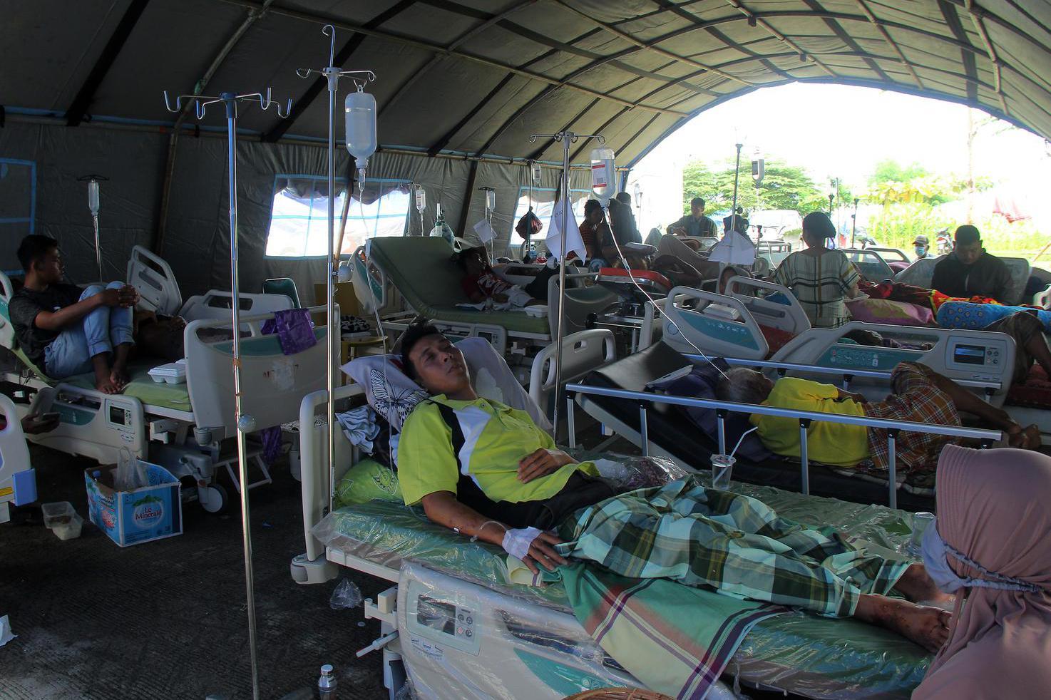 Korban gempa bumi bermagnitudo 6,2 di rawat halaman Rumah Sakit Regional Sulbar, Mamuju, Sulawesi Barat, Sabtu (16/1/2021).