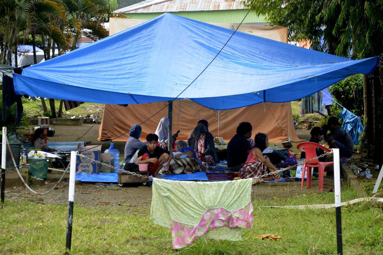 Warga korban gempa bumi mengungsi di halaman Rumah Sakit Umum Kabupaten Mamuju di Sulawesi Barat, Minggu (17/1/2021). Sebanyak 27.850 jiwa telah mengungsi di sejumlah posko pengungsian karena rumah mereka rusak akibat gempa bumi berkekuatan magnitudo 6,2 yang terjadi pada Jumat (15/1) dini hari yang juga mengakibatkan 73 orang meninggal dunia.