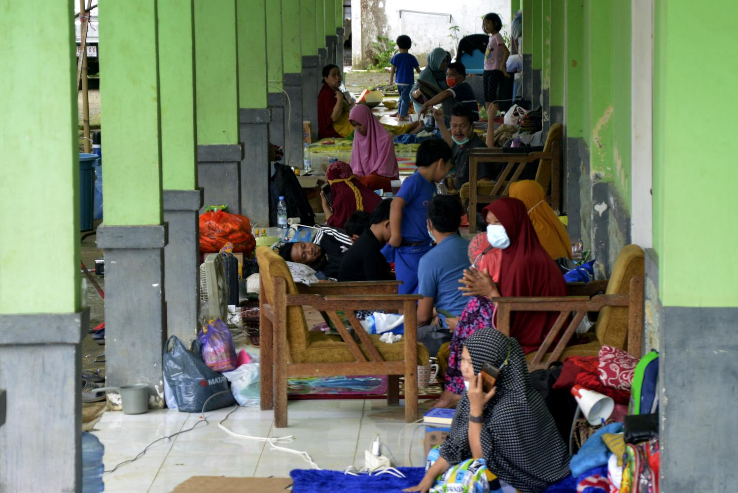 Warga korban gempa bumi mengungsi di teras Rumah Sakit Umum Kabupaten Mamuju di Sulawesi Barat, Minggu (17/1/2021). Sebanyak 27.850 jiwa telah mengungsi di sejumlah posko pengungsian karena rumah mereka rusak akibat gempa bumi berkekuatan magnitudo 6,2 yang terjadi pada Jumat (15/1) dini hari yang juga mengakibatkan 73 orang meninggal dunia.